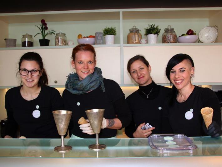 Frauenpower pur: Das Team der Eismanufaktur Kolibri im Novale in Nofels.