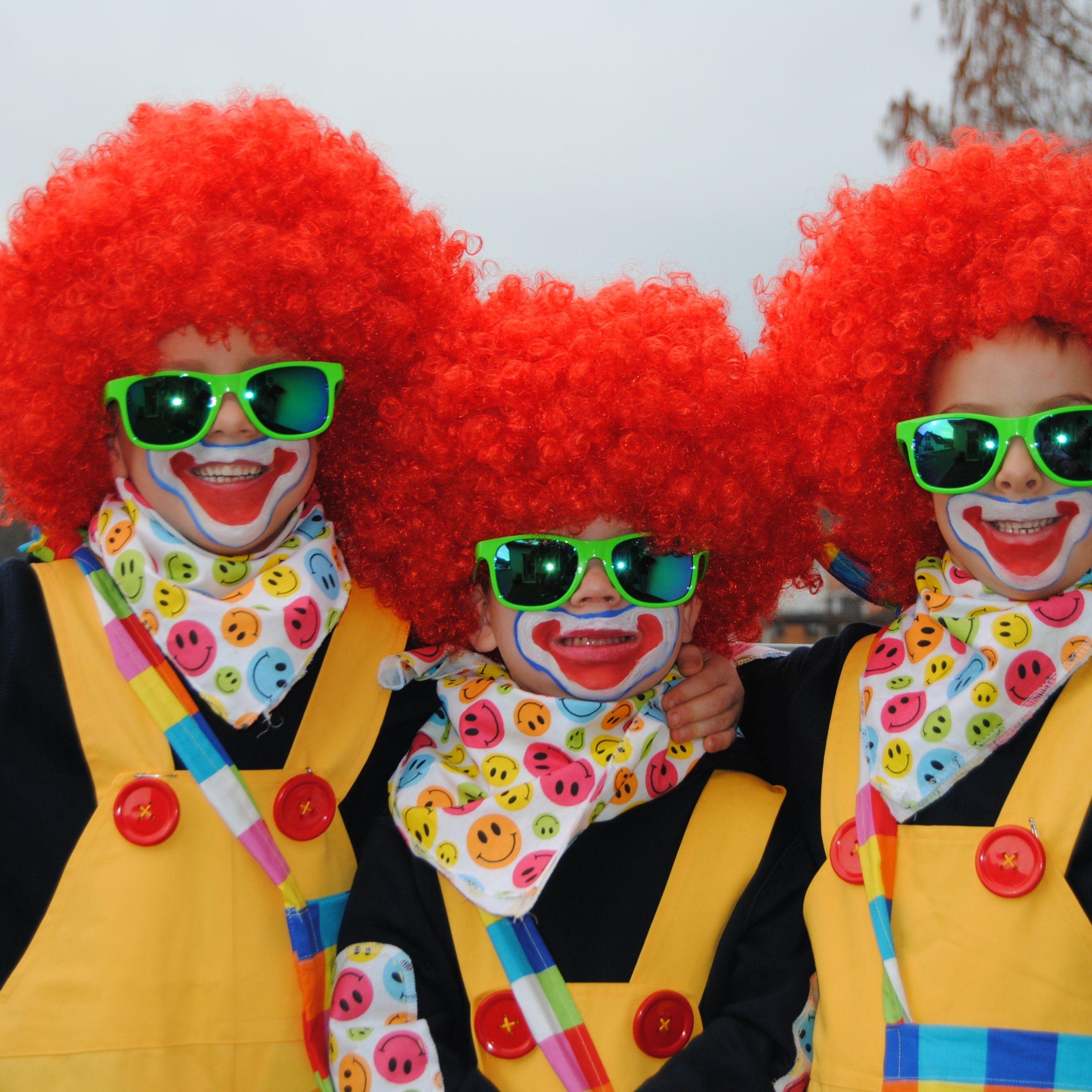 Simon, Lukas und Niklas zeigen wie toll die Kostüme geworden sind.