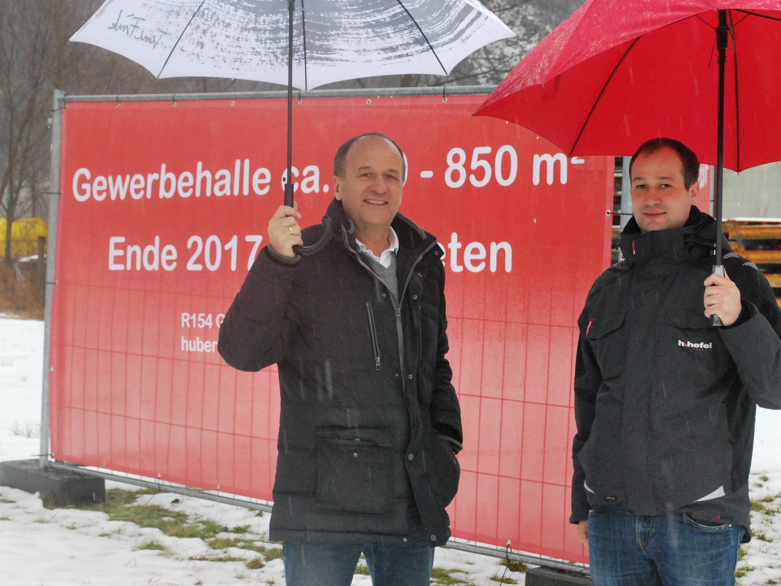 Hubert Hefel, Simon Hefel von R 154 GmbH. bei der Besichtigung des Areals (vl)