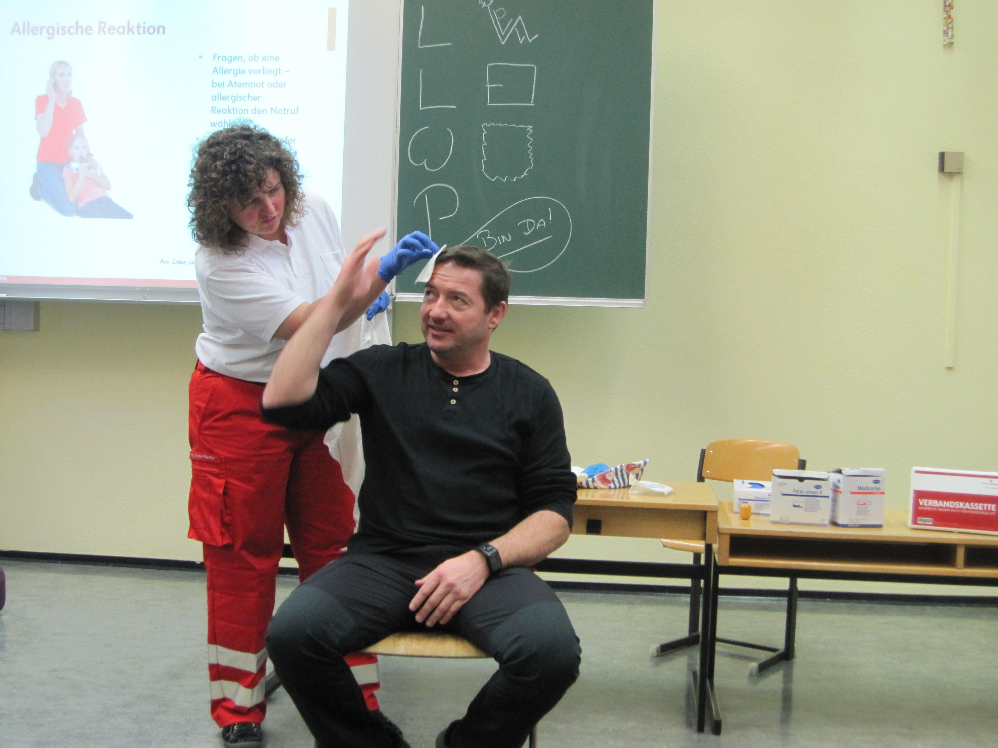 Erste Hilfe ist nicht nur für die Lehrerinnen und Lehrer in Vandans wichtig. Auch Schulwart Alexander Bucher beteiligte sich gerne an der Wissensauffrischung