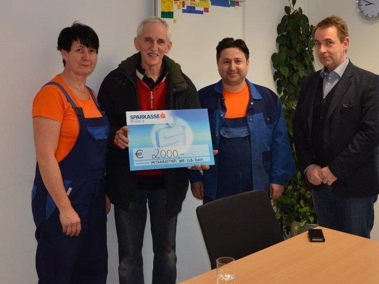 Angelina Bauer, Elmar Stüttler, den Obmann von Tischlein Deck Dich, Adem Vural, Geschäftsführer Dr. Günther Pozgainer bei der Spendenübergabe.