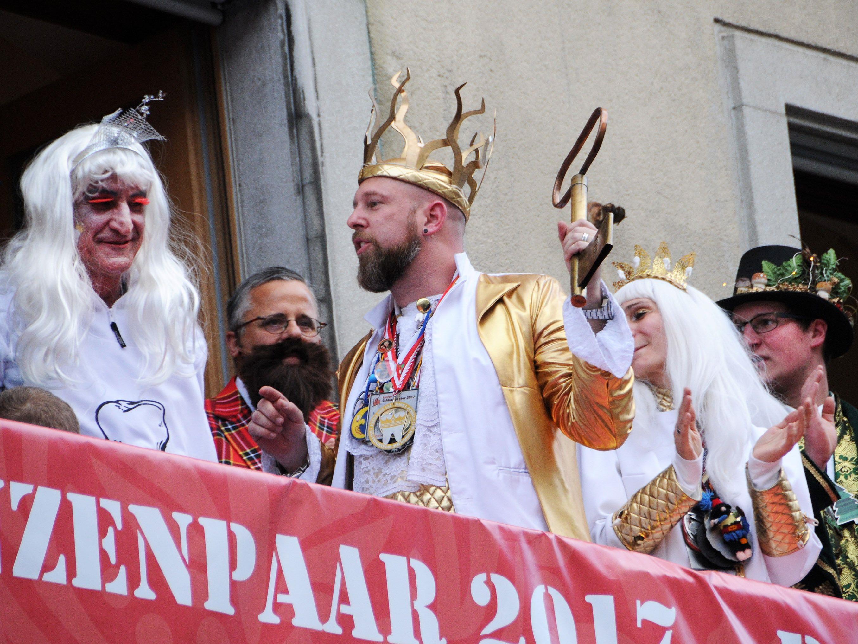 Prinz Mark I. hat Bürgermeister Markus den Stadtschlüssel abgerunden. Jetzt muss der Bürgi Zahnfee spielen.