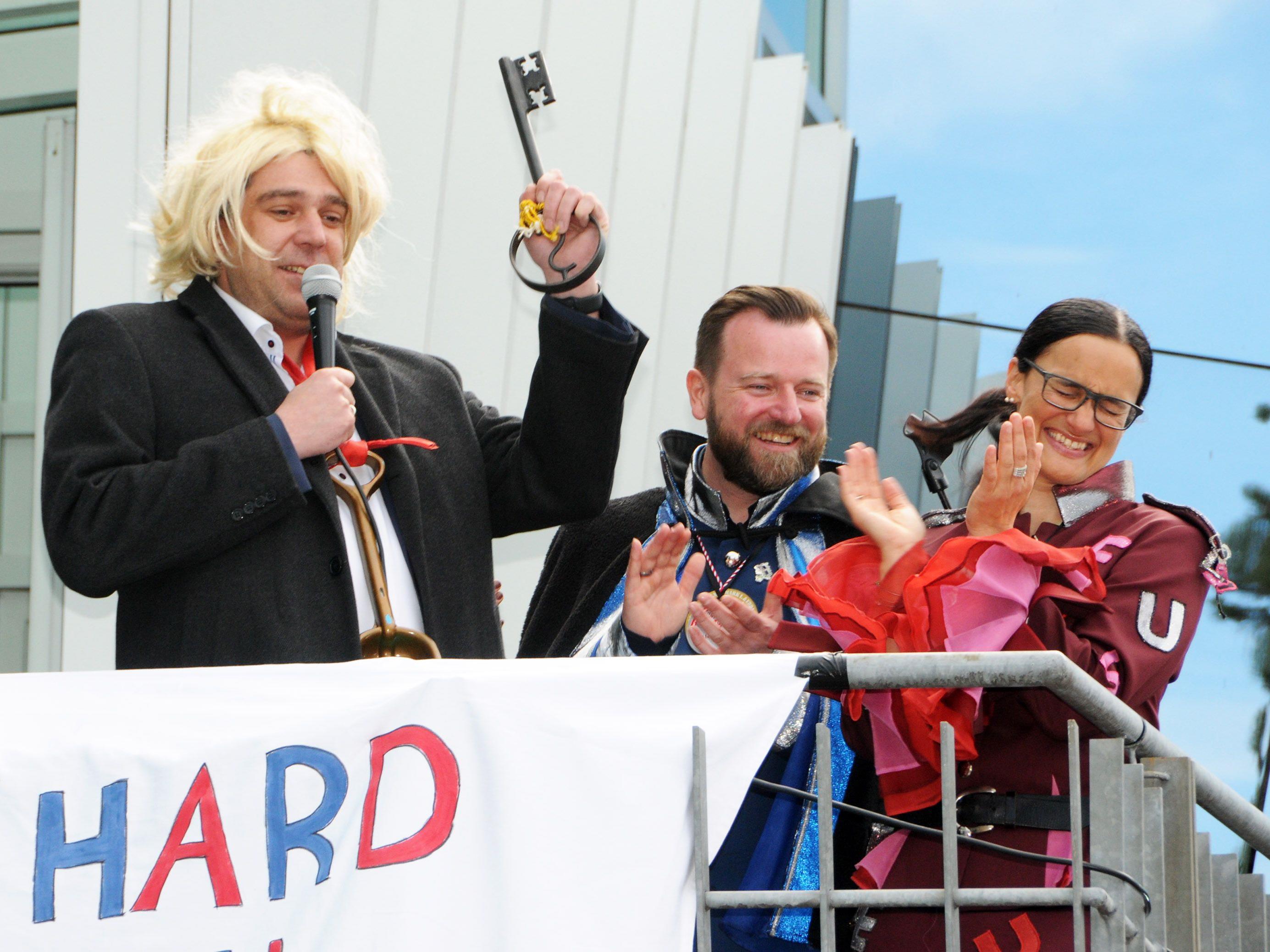 Noch hat der Bürgermeister den Schlüssel in der Hand, Oberwealloruschar Andreas und Wealloruscharin Petra lauern schon.