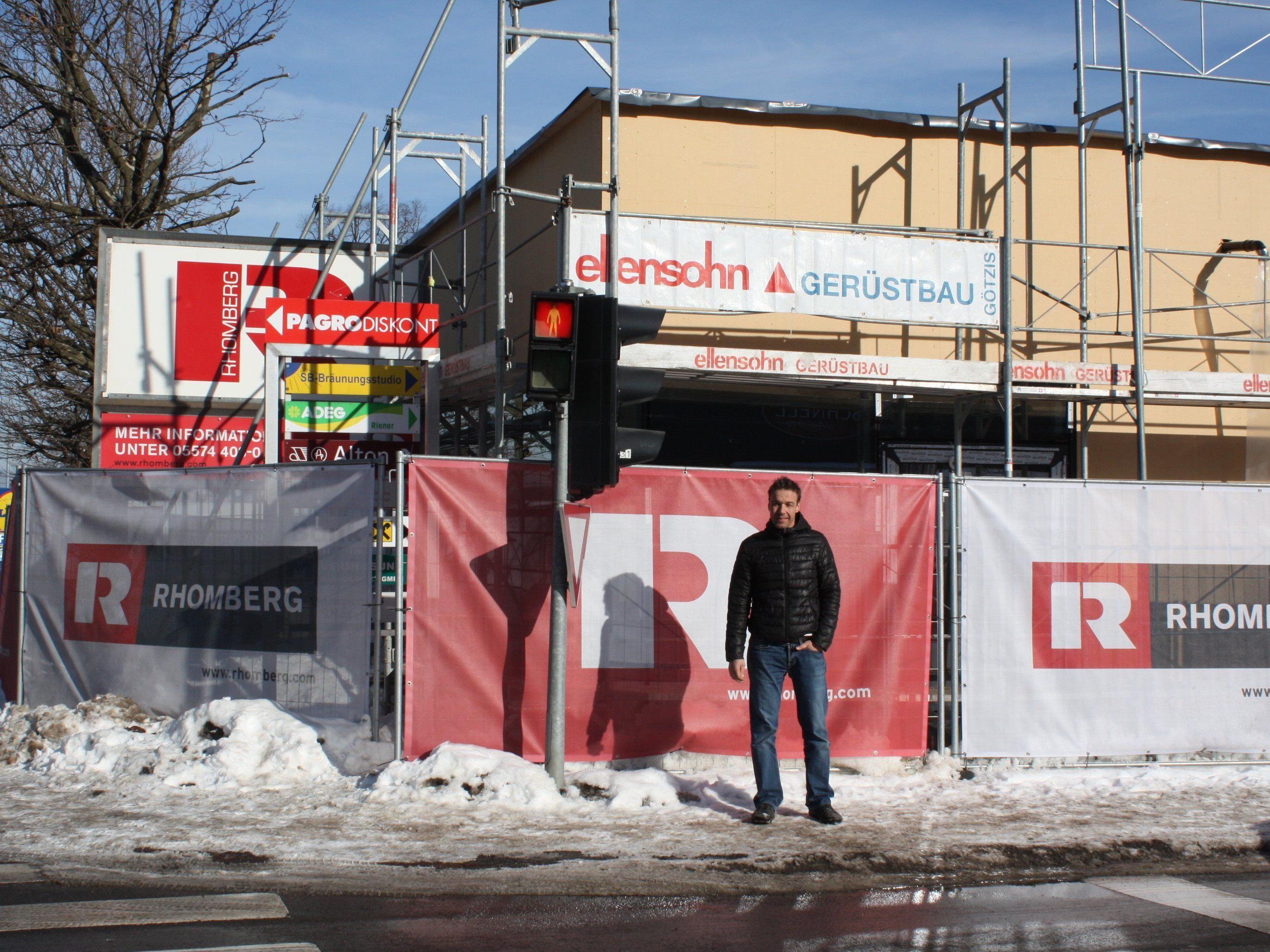 Wolfgang Müller vor der Baustelle für das neue Geschäftslokal an der Feldkircher Bruderhofstraße in Altenstadt.
