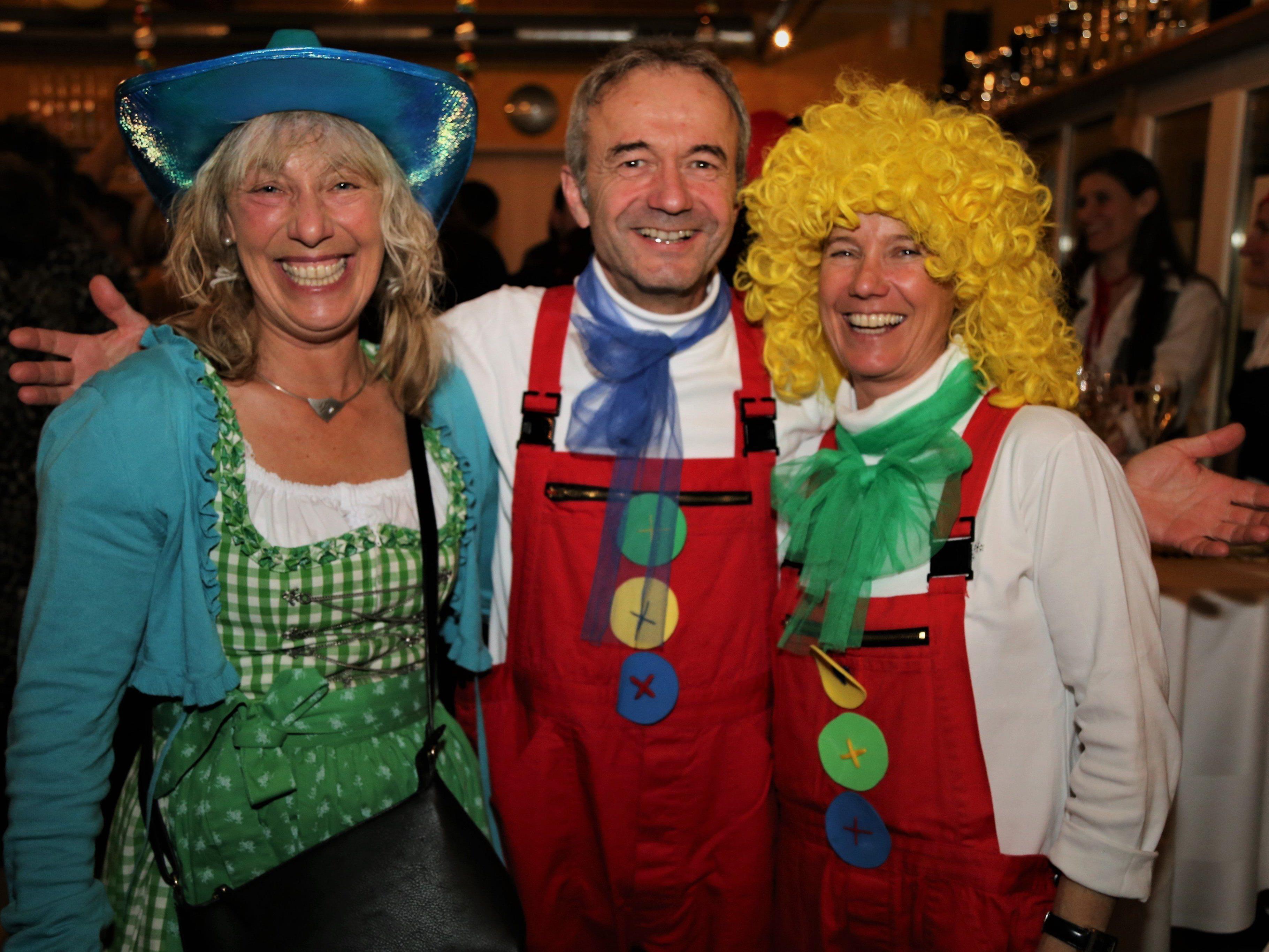 Ulli, Markus und Irene kamen im passenden Outfit zum SC-Tisis-Ball ins Clubheim.