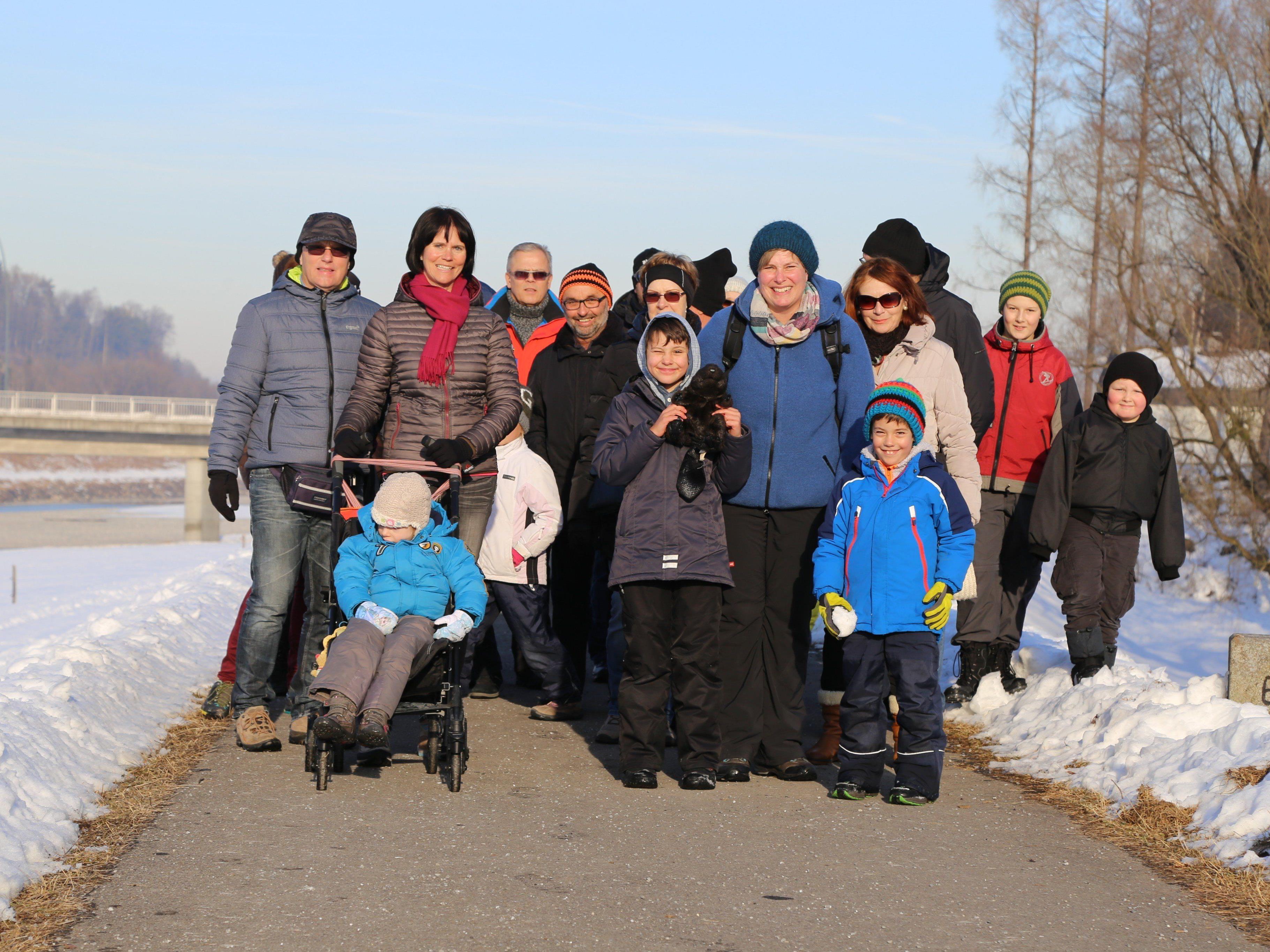 Zahlreiche Teilnehmer spazierten in zwei Gruppen entlang des Spiersbachs, um Biberspuren aufzusuchen.