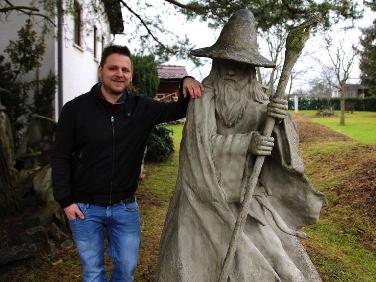Daniel Nachbaur mit seinem lebensgroßen, selbstgeschaffenen Gandalf aus Herr der Ringe.