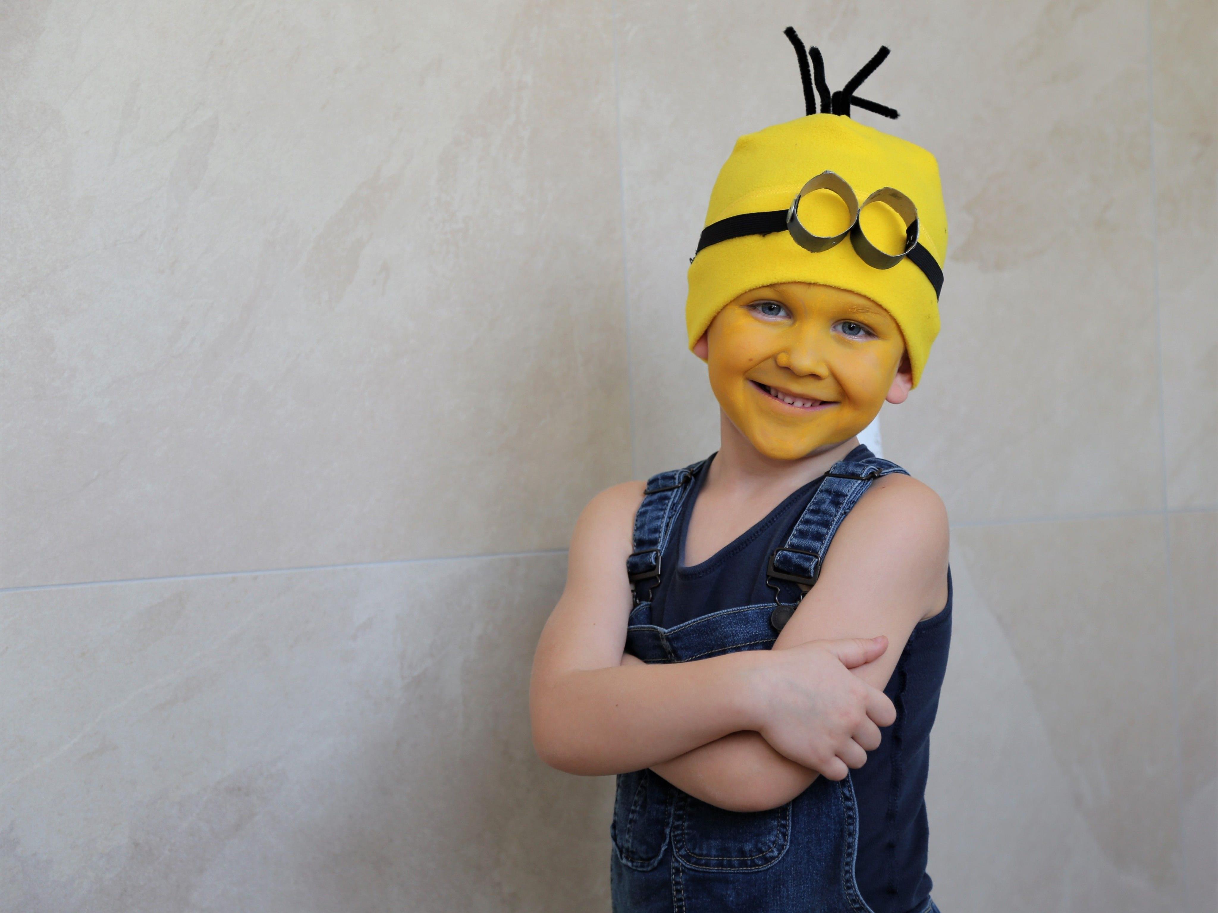 Mit strahlend gelbem Gesicht ist der Minion-Look perfekt.