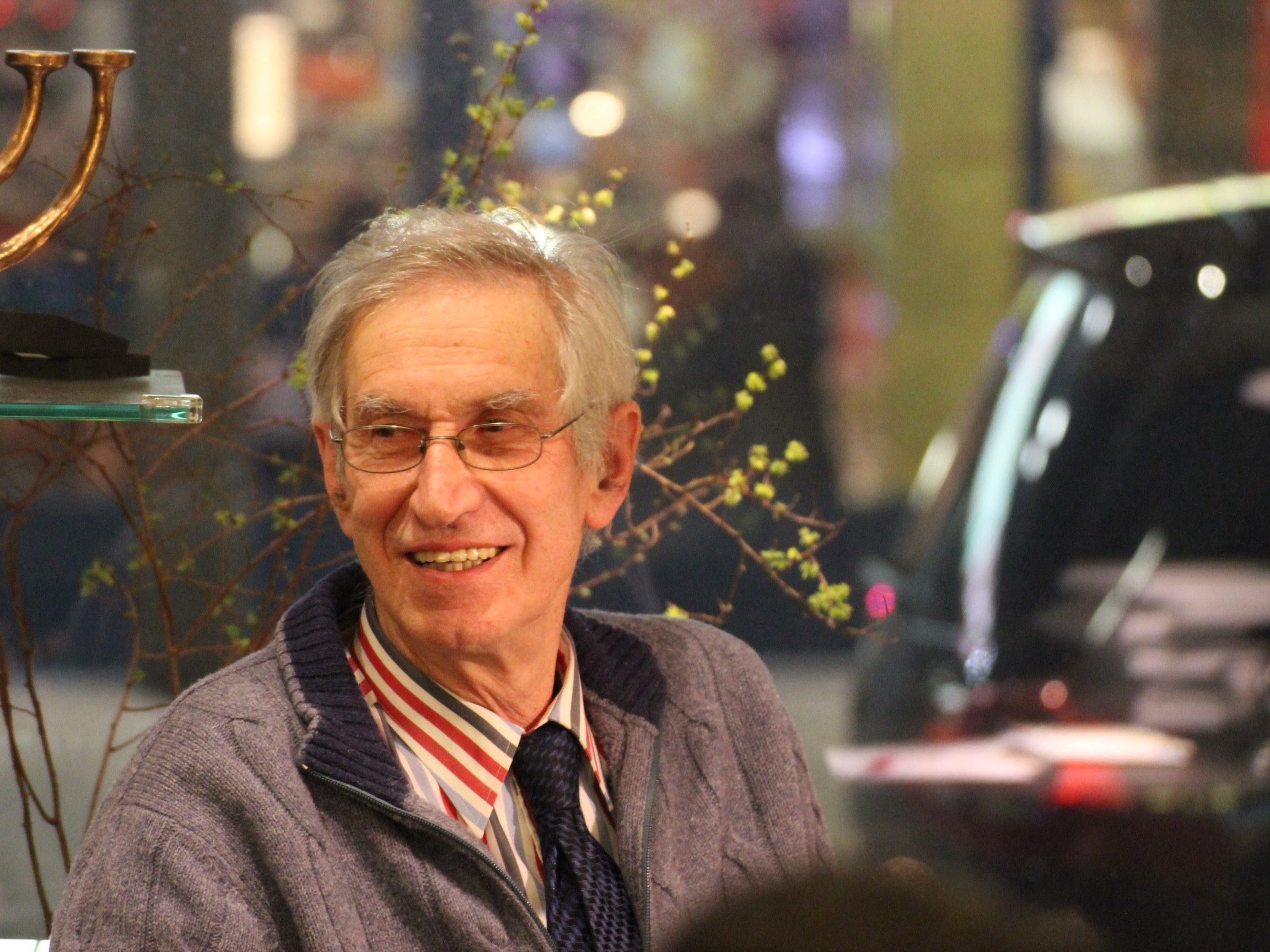 Pfr. Elmar Simma während der Vorstellung seines jüngsten Buches in der ARCHE Begenz.