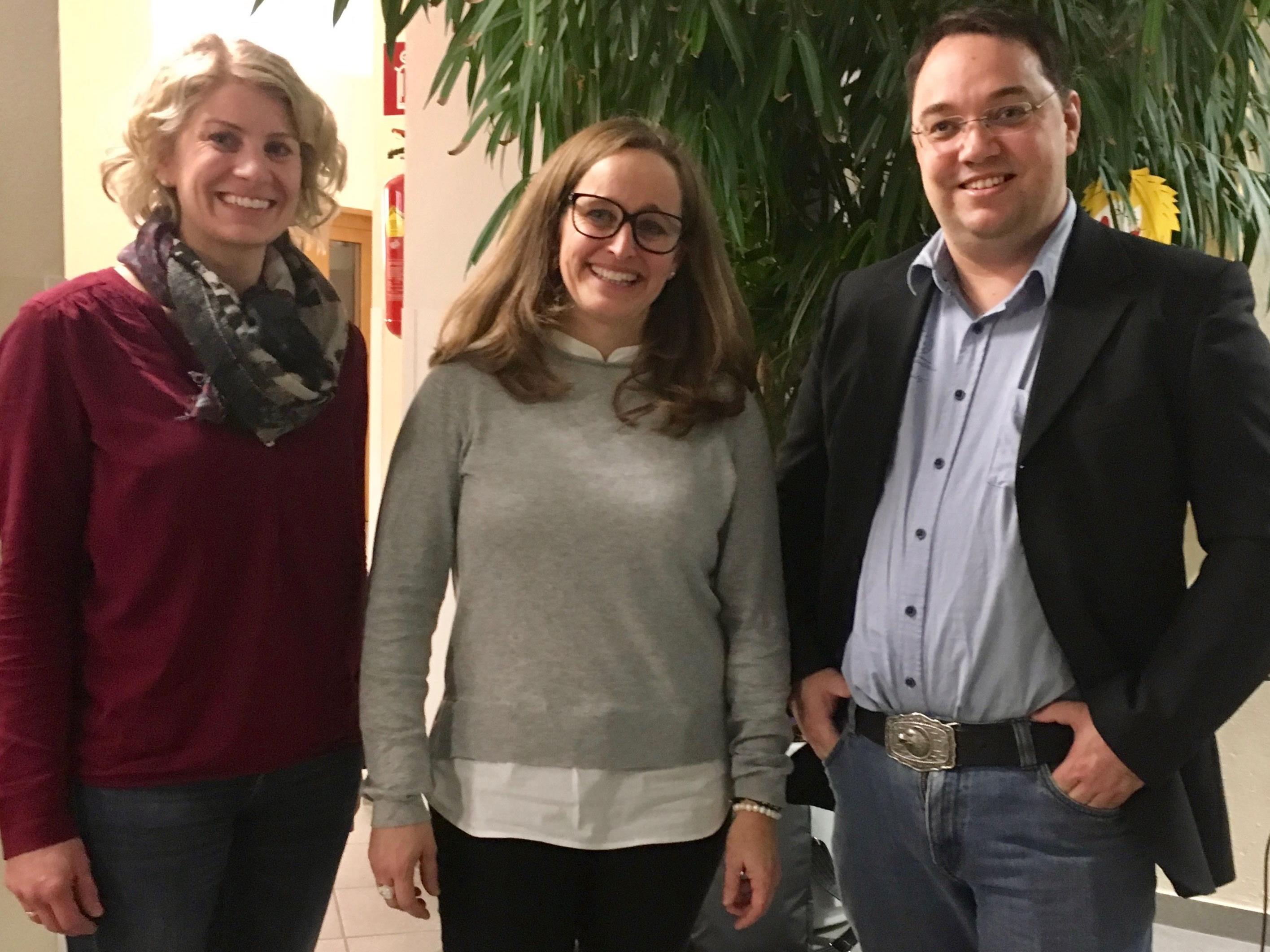 v.li. Elke Wachter vom Elternverein organisierte mit Verena Fitsch vom Familenverband einen Vortrag über Internetsicherheit mit Mike Fleisch