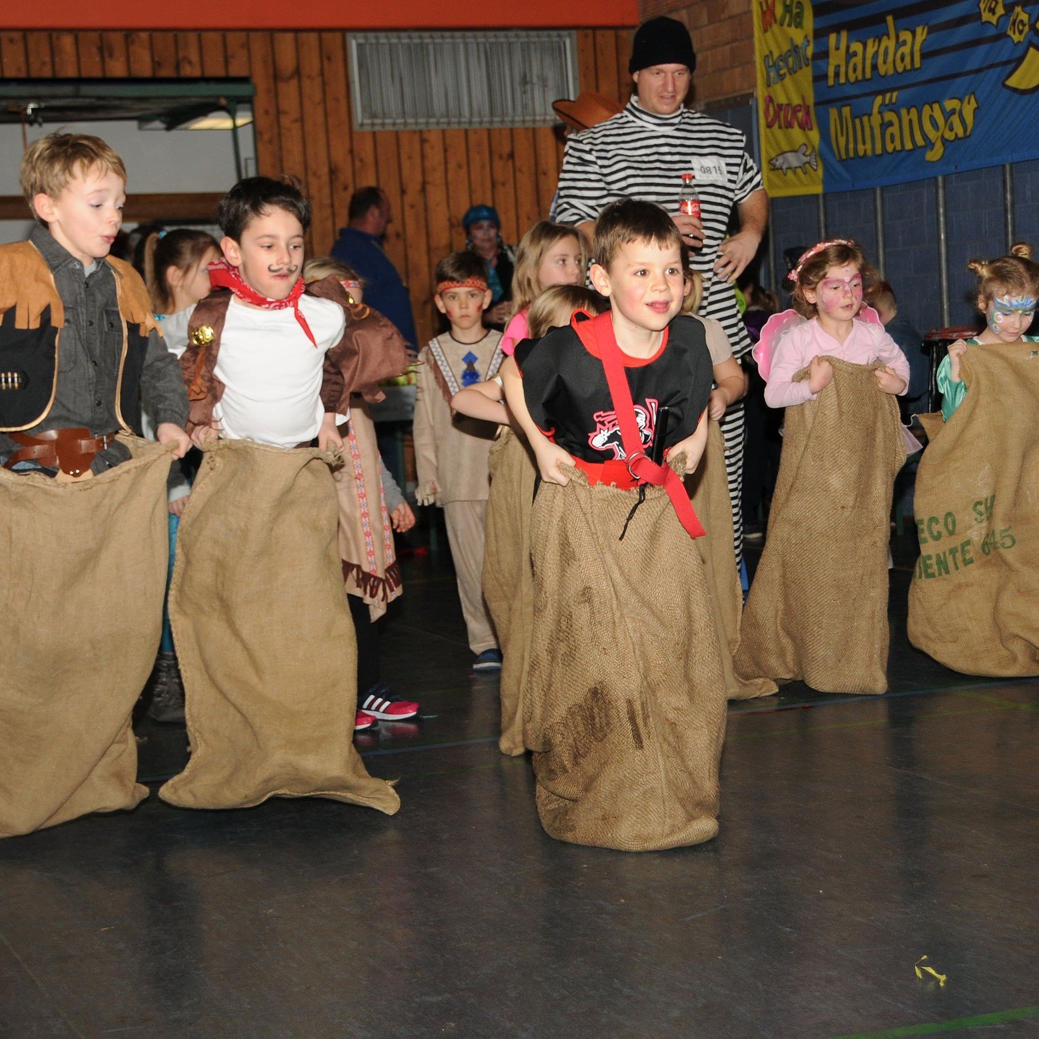 Viel Spaß beim Sackhüpf-Bewerb, den die Hardar Mufängar zum Kinderball 20127 durchführten.