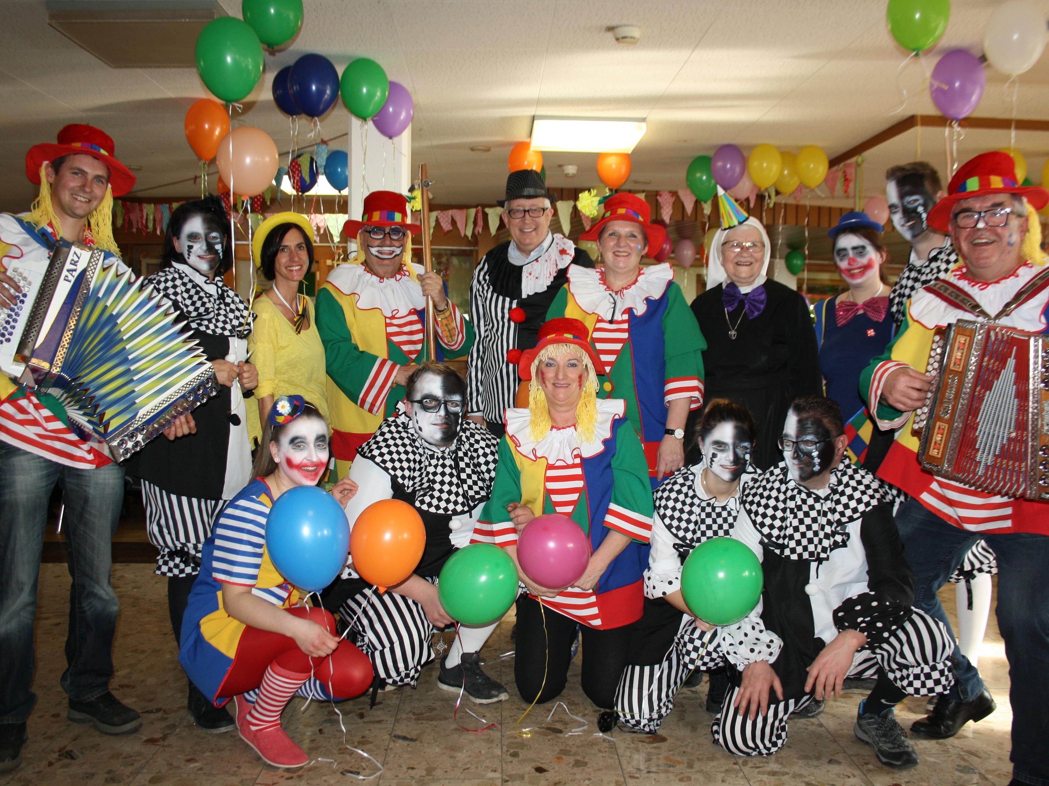 """Unter dem Motto """"Lustige Clowns"""" feierte das Jesuheim mit den Heimbewohnern, Angehörigen und Freunden des Hauses ein höchst närrisches Kaffeekränzle."""
