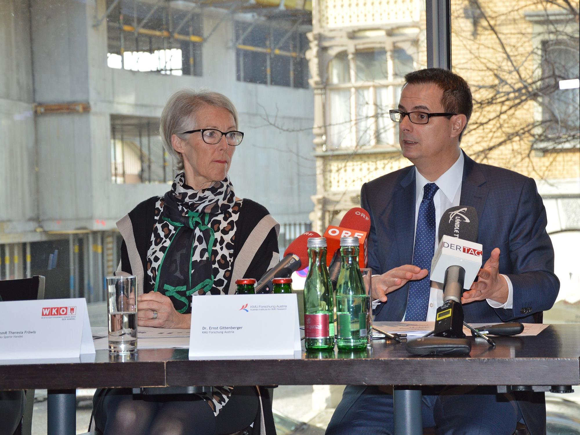 Theresia Fröwis und Ernst Gittenberger stellen die Jahresbilanz des Vorarlberger Einzelhandels vor.