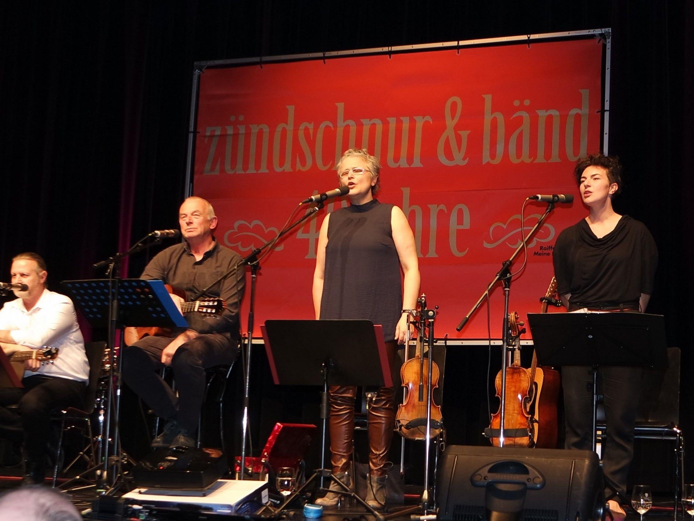 """Die sechs großartigen Musikerinnen und Musiker der aktuellen Wälder """"zündschnur & bänd"""" im Götzner Vereinshaussaal."""