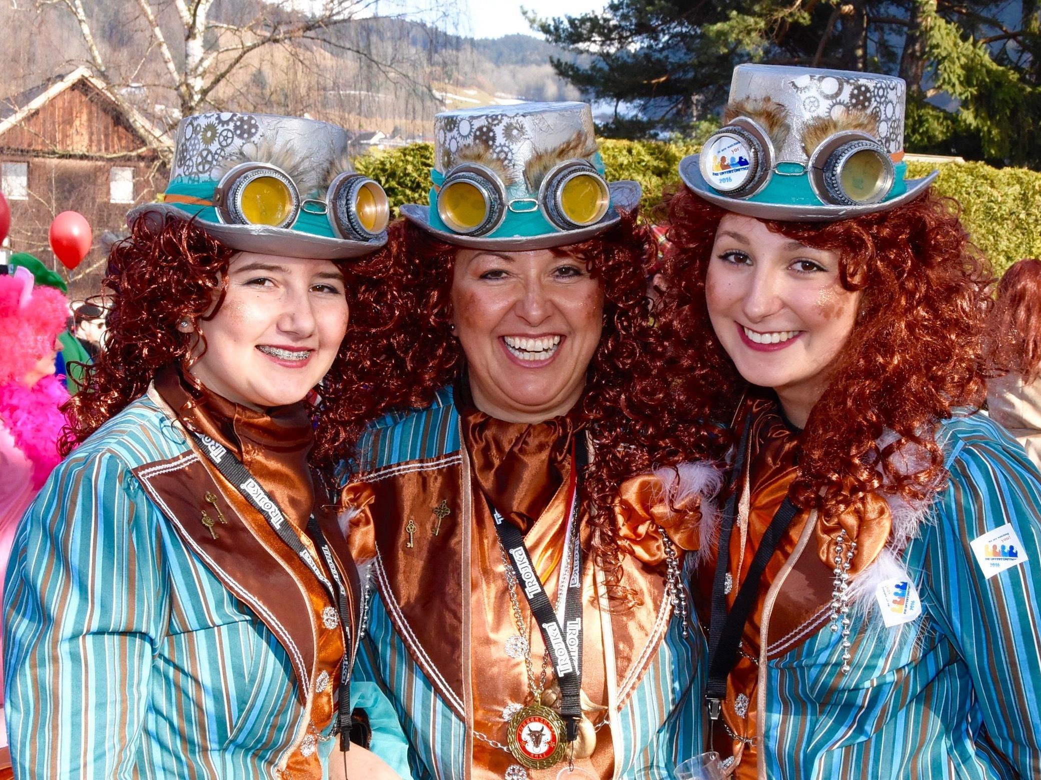 """Hübsches Trio der Faschingsgruppe """"Die Unverzünftigen"""" beim Maskenlauf in Rungelin"""