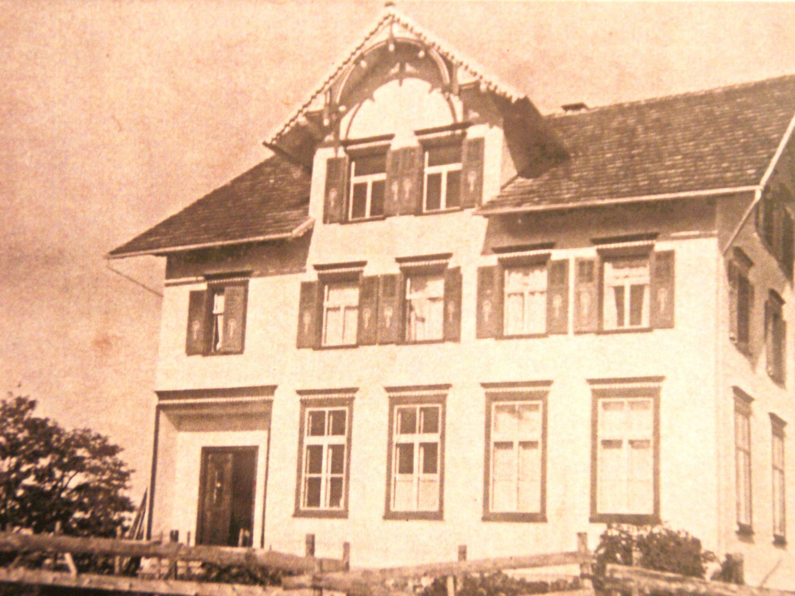Bucher Schulhaus im Jahre 1935 (Archivbild – Chronik 100 Jahre Schulhaus, Ewald Hopfner)