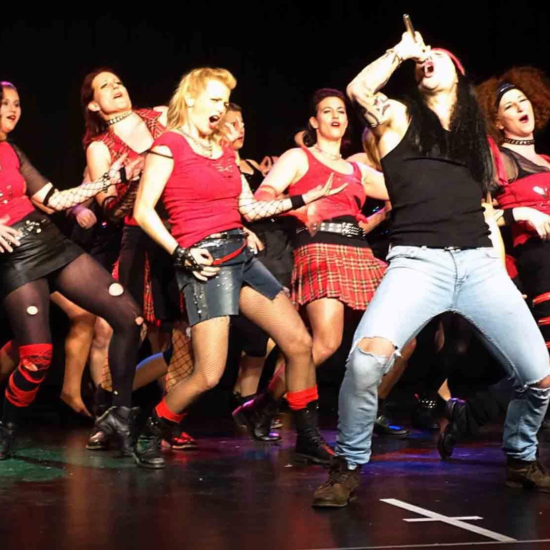 """Die """"Dance Motion""""-Tanztruppe begeisterte mit """"Rock of Ages""""."""