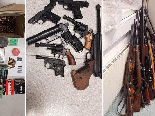 In der Wohnung eines 74-Jährigen wurden zahlreiche Waffen sichergestellt