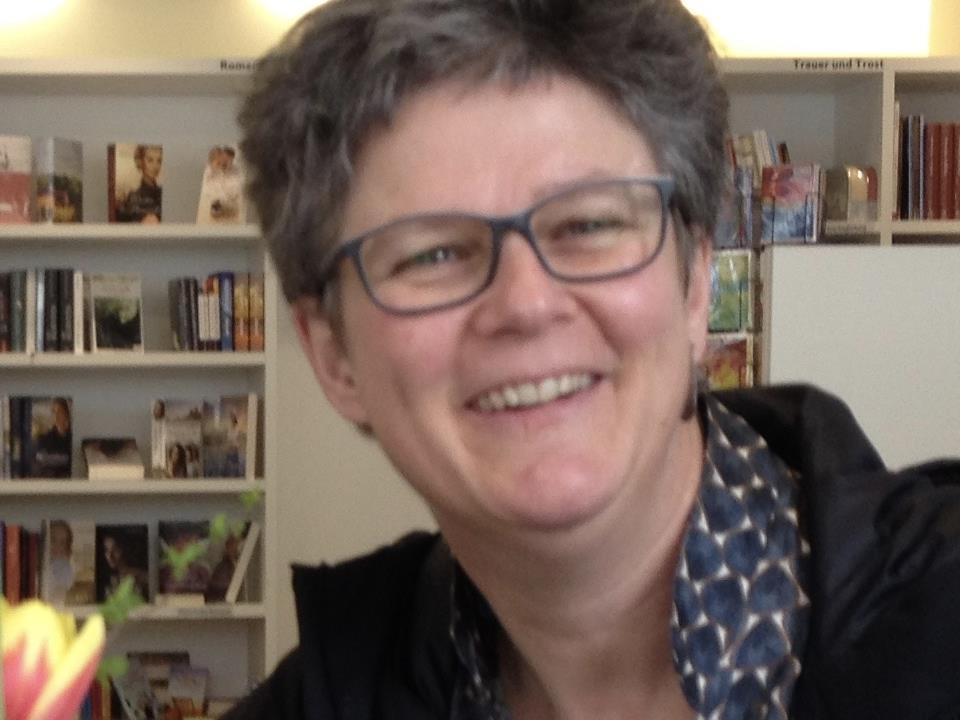 """Hildegard Aepli spricht in der Buchhandlung ARCHE zum Stand des Projektes: """"Kirche mit* den Frauen"""""""