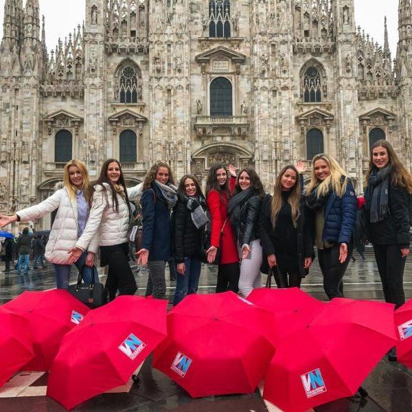 Shooting im Regen: Die Misswahl-Anwärterinnen wurden vor dem Mailänder Dom abgelichtet.