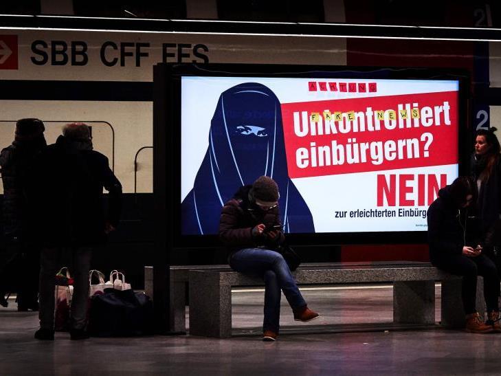 Plakat einer finsteren Burka-Trägerin