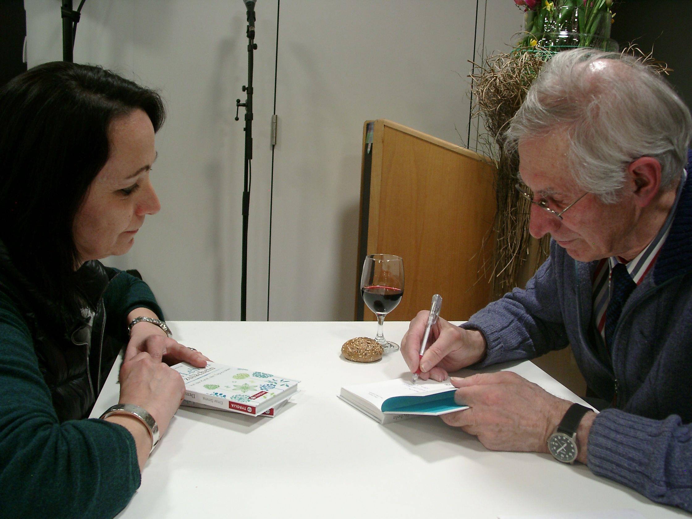 Elmar Simma signierte alle seine verkauften Bücher in Rankweil