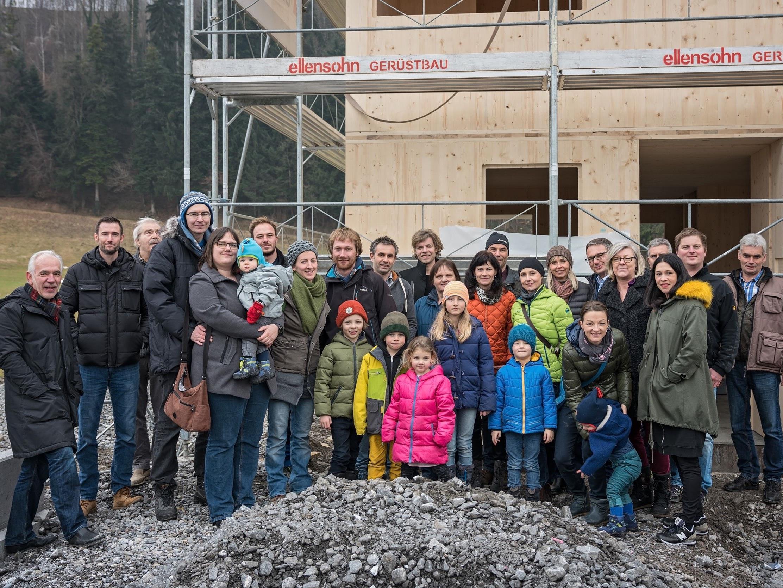 Die neuen Eigentümerinnen und Eigentümer der Reihenhäuser Bergäcker in Feldkirch-Nofels mit dem Bauträger-Team von trimana und Handwerkern.