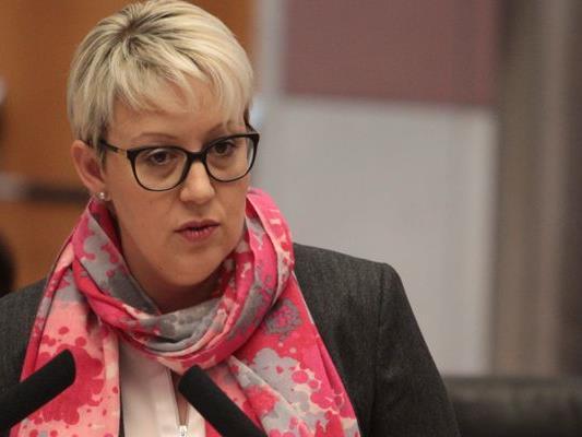 Laut Sabine Scheffknecht (NEOS) zweckentfremdet die Landesregierung 30 Millionen für die Wohnbauförderung vorgesehene Euro zur Sanierung des Landesbudgets.