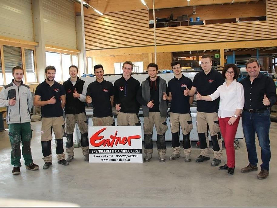 Acht Lehrlinge bei Entner Dach mit Chef Joachim Entner und Gattin Susanne