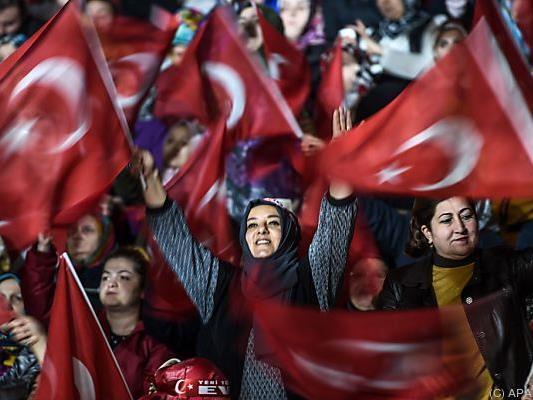 Tausende Anhängerinnen werben für das Verfassungsreferendum im April
