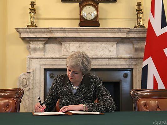 May setzt in der Downing Street ihre Unterschrift unter das Dokument