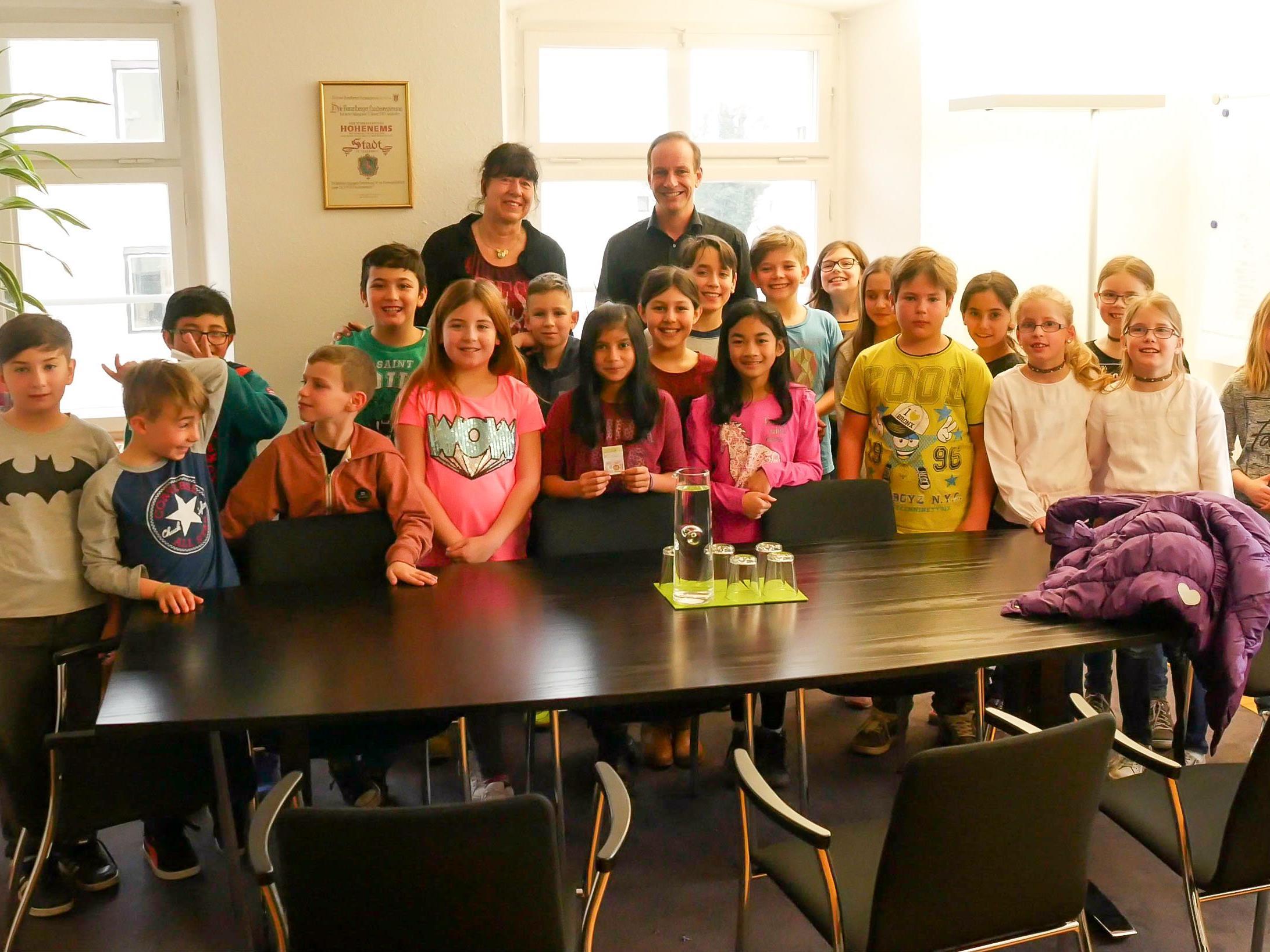Die 3b-Klasse der Volksschule Herrenried zu Besuch im Bürgermeisterbüro.