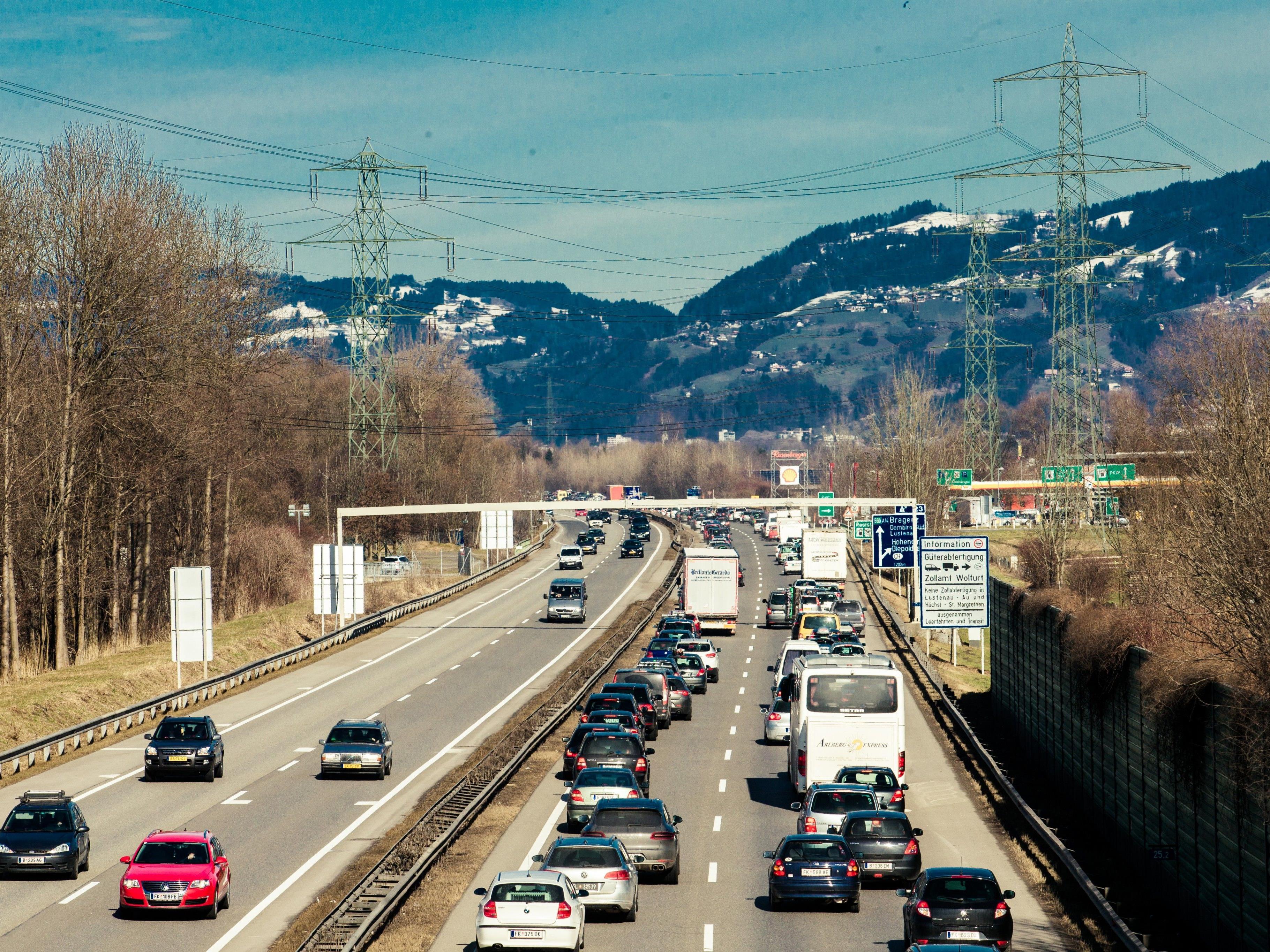 Auf der A14 in Fahrtrichtung Deutschland staut es sich nach einem Unfall.