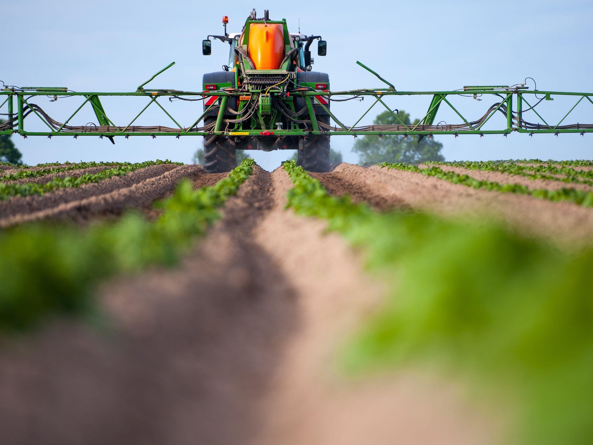 Landwirt düngt in Nierdersachsen