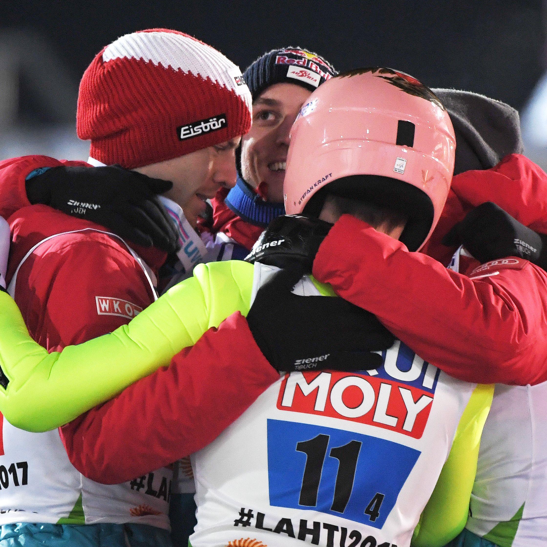 Die Österreicher Stefan Kraft, Gregor Schlierenzauer, Michael Hayböck und Manuel Fettner jubeln über Ihre Bronzemedaille nach dem Skispringen Herren-Mannschaft Großschanze am Samstag in Lahti.