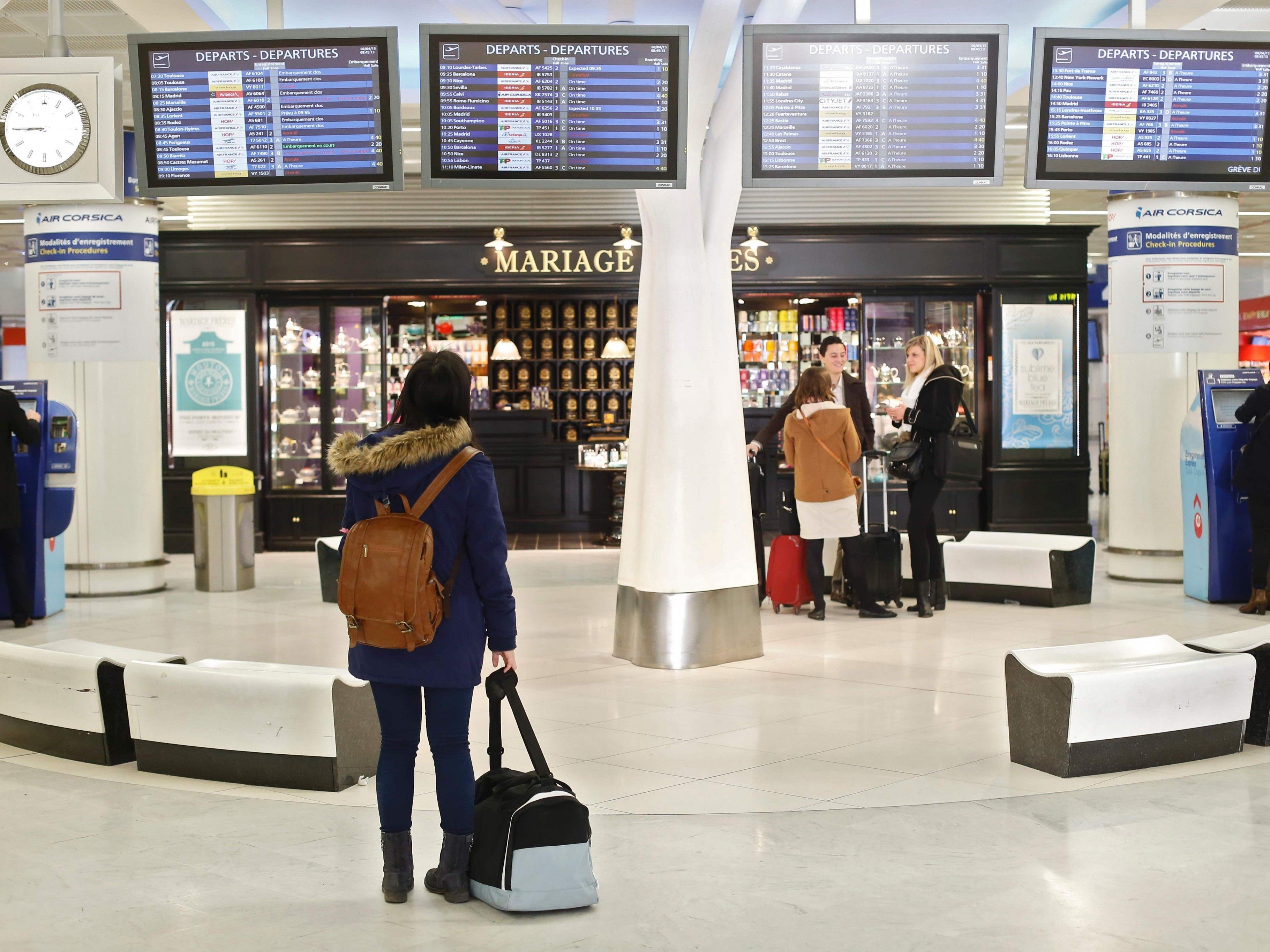 Am Pariser Flughafen Orly ist am Samstag ein Mann erschossen worden, nachdem er einem Soldaten die Waffe weggenommen hatte.