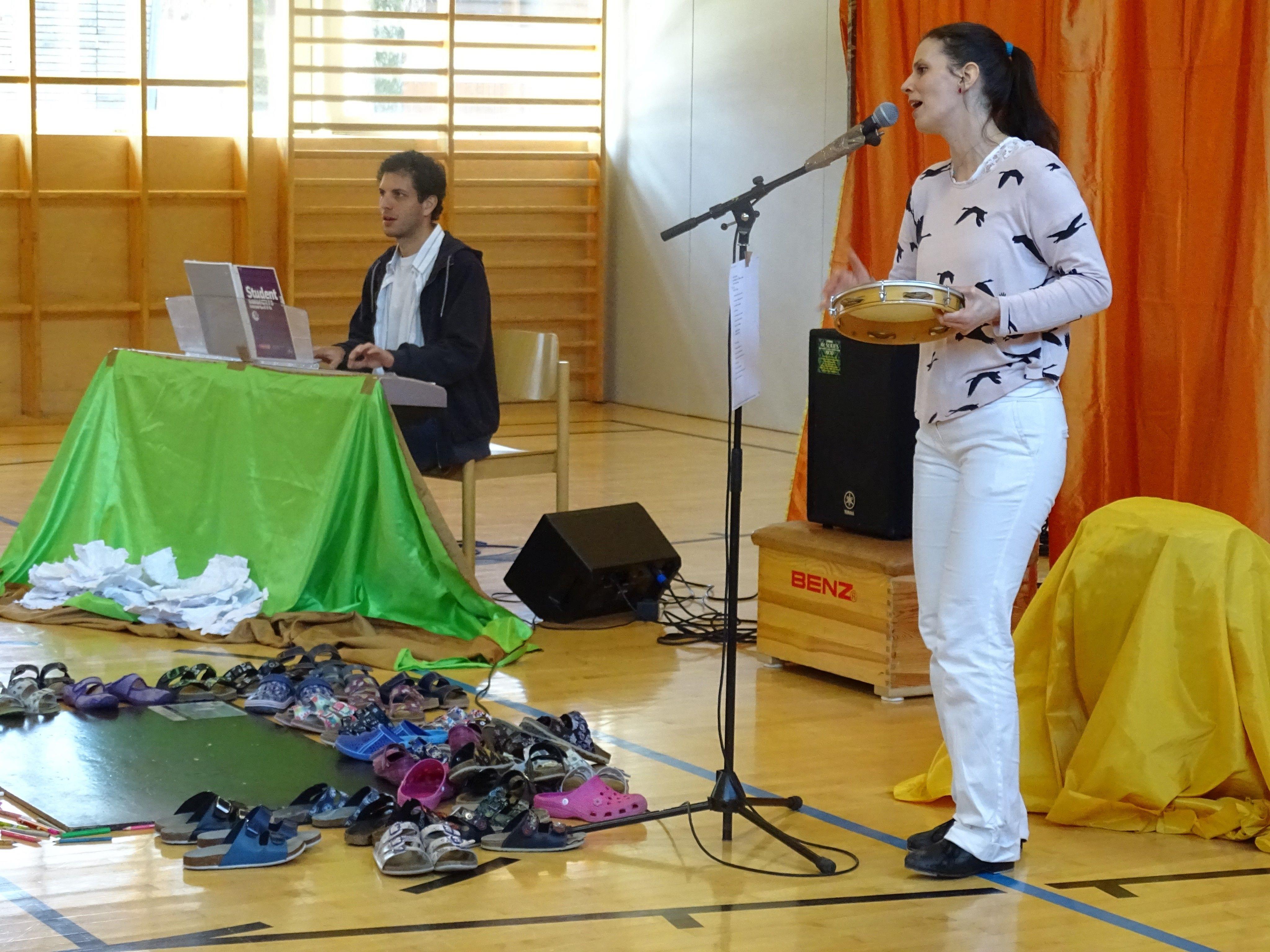 Anja Hulan und Felipe Scolfaro Crema nahmen die SchülerInnnen der VS Obdorf  mit auf eine musikalische Reise ins lebensfrohe Brasilien.