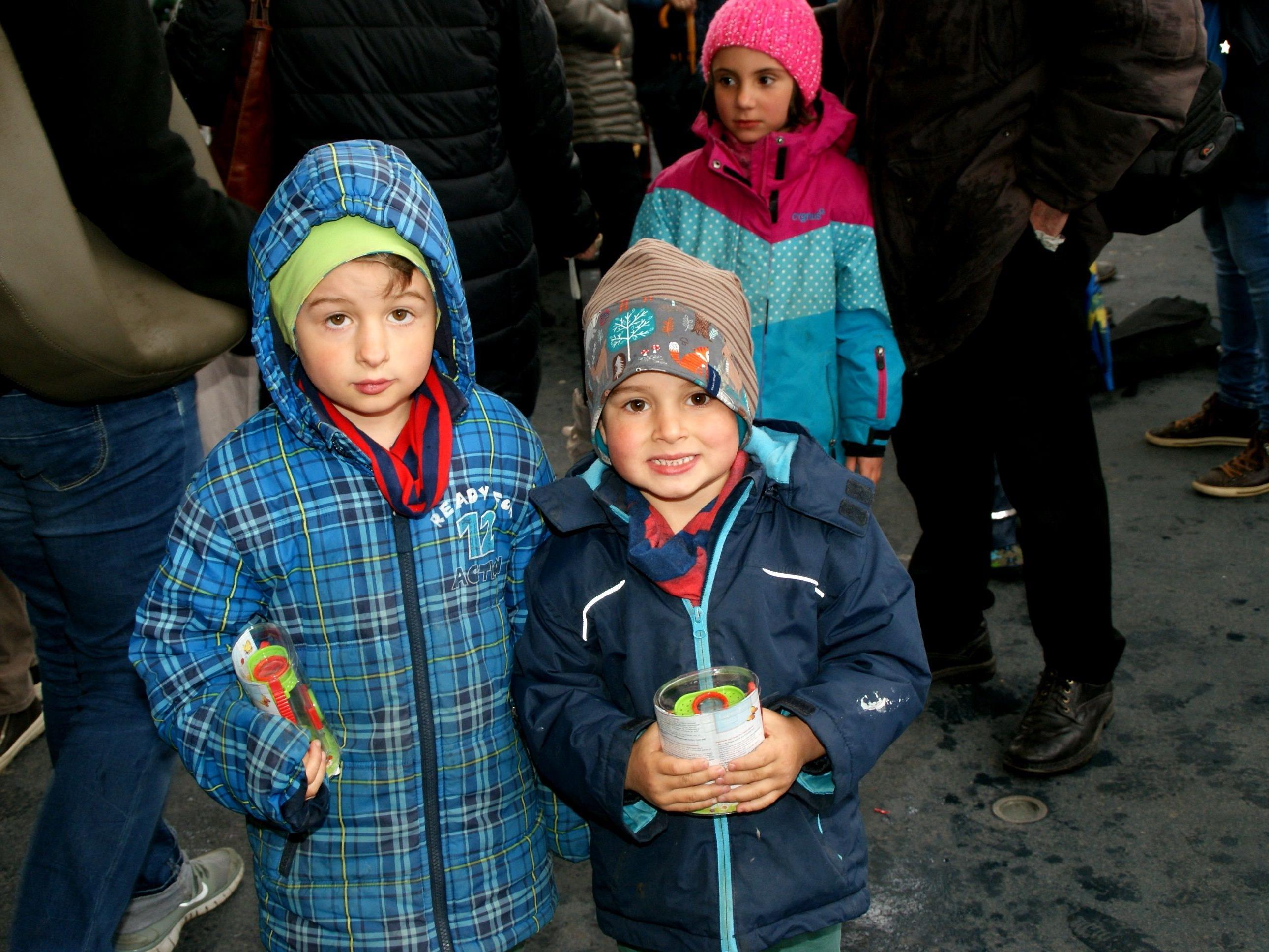 Auch Benjamin (6) und Emilian (4) hatten Spaß am Kreativmarkt