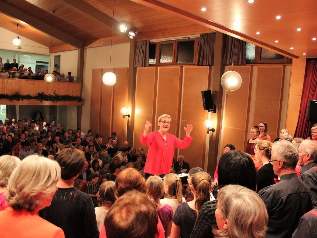 Chorleiterin Birgit Giselbrecht-Plankel dirigierte den Konzertabend.