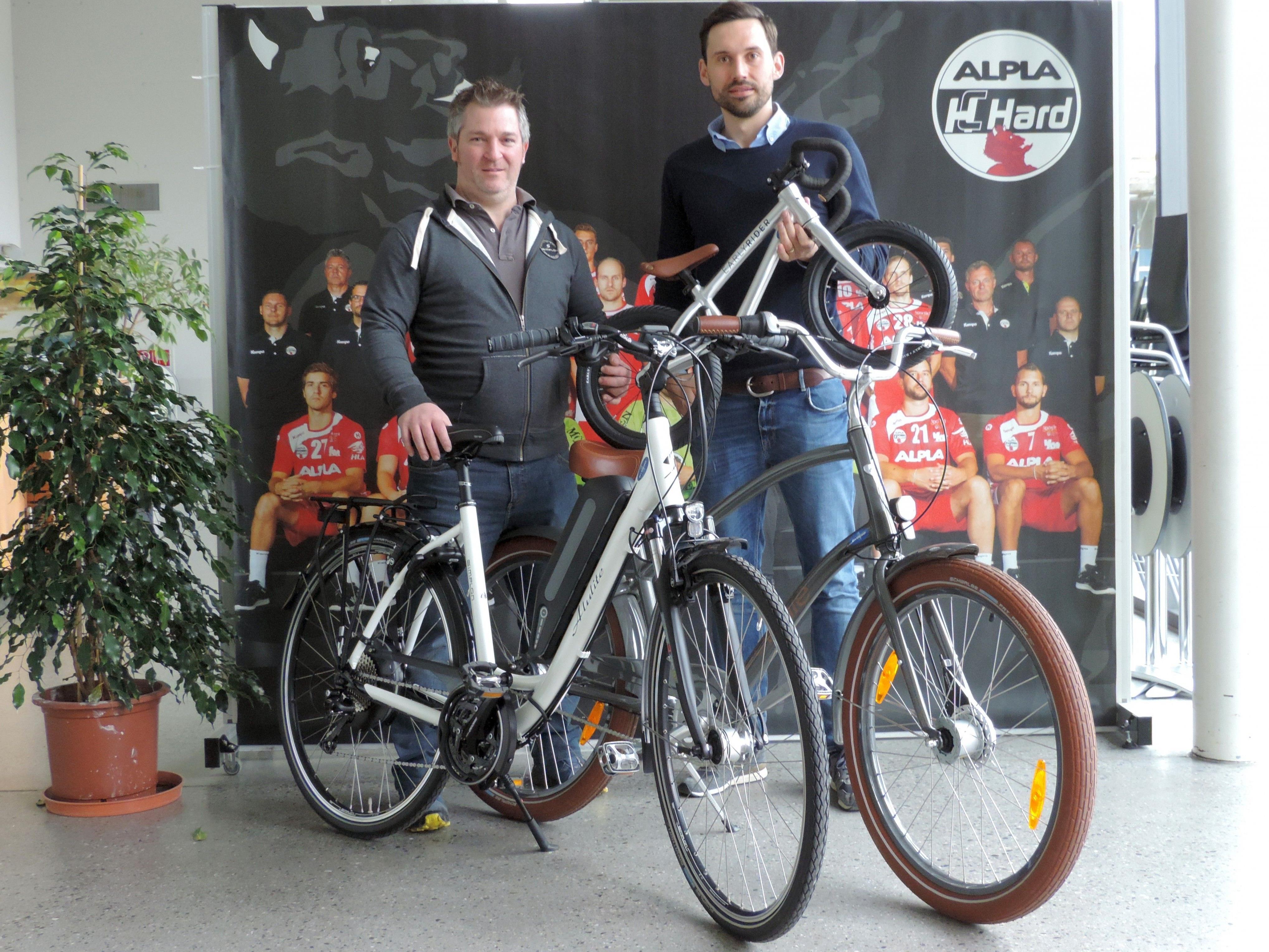 Firmenchef Herbert Wurm (DJ's BIKESHOP) übergibt die drei Fahrräder an HC-Vorstand Alexander Kathrein