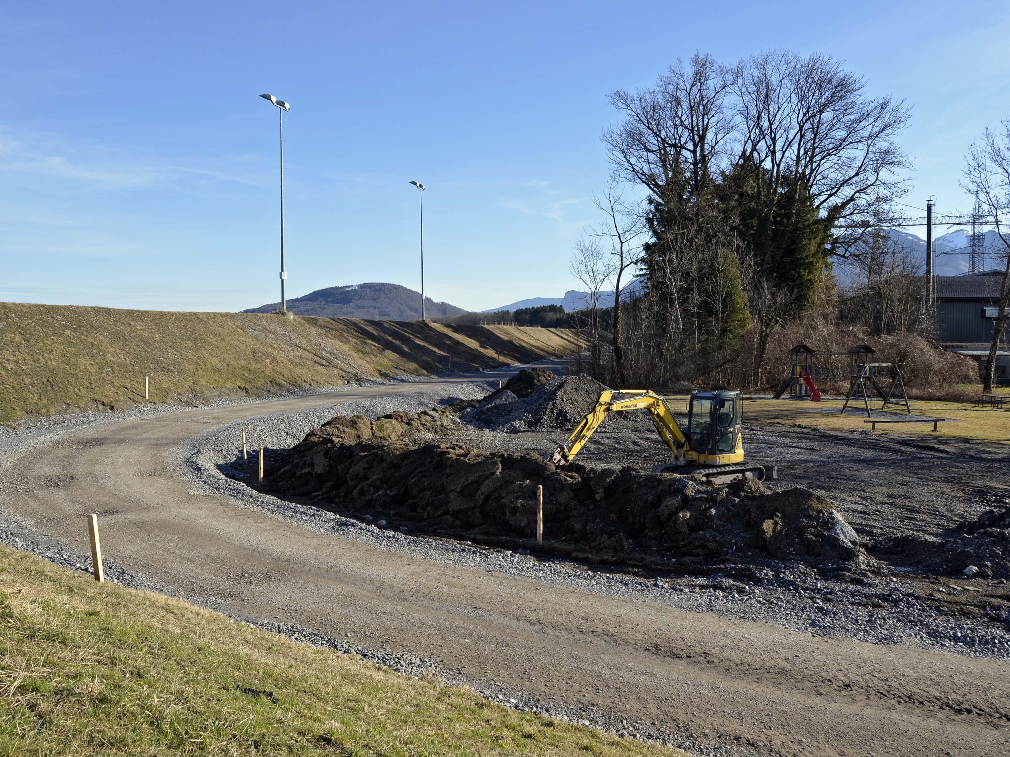 Auf der rechten Rheinseite, zwischen Fußballplatz und Frutz, wird eine Interventionspiste gebaut.