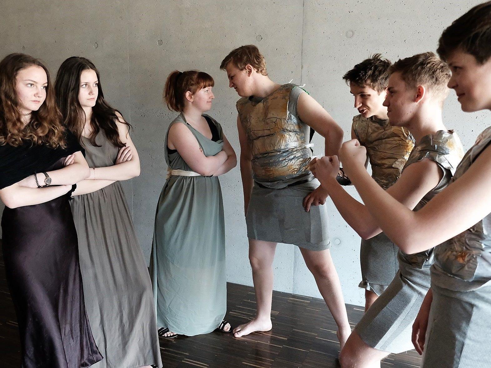 """Das Schultheater des Egger Gymnasiums führt die griechische Komödie """"Lysistrata"""" auf."""