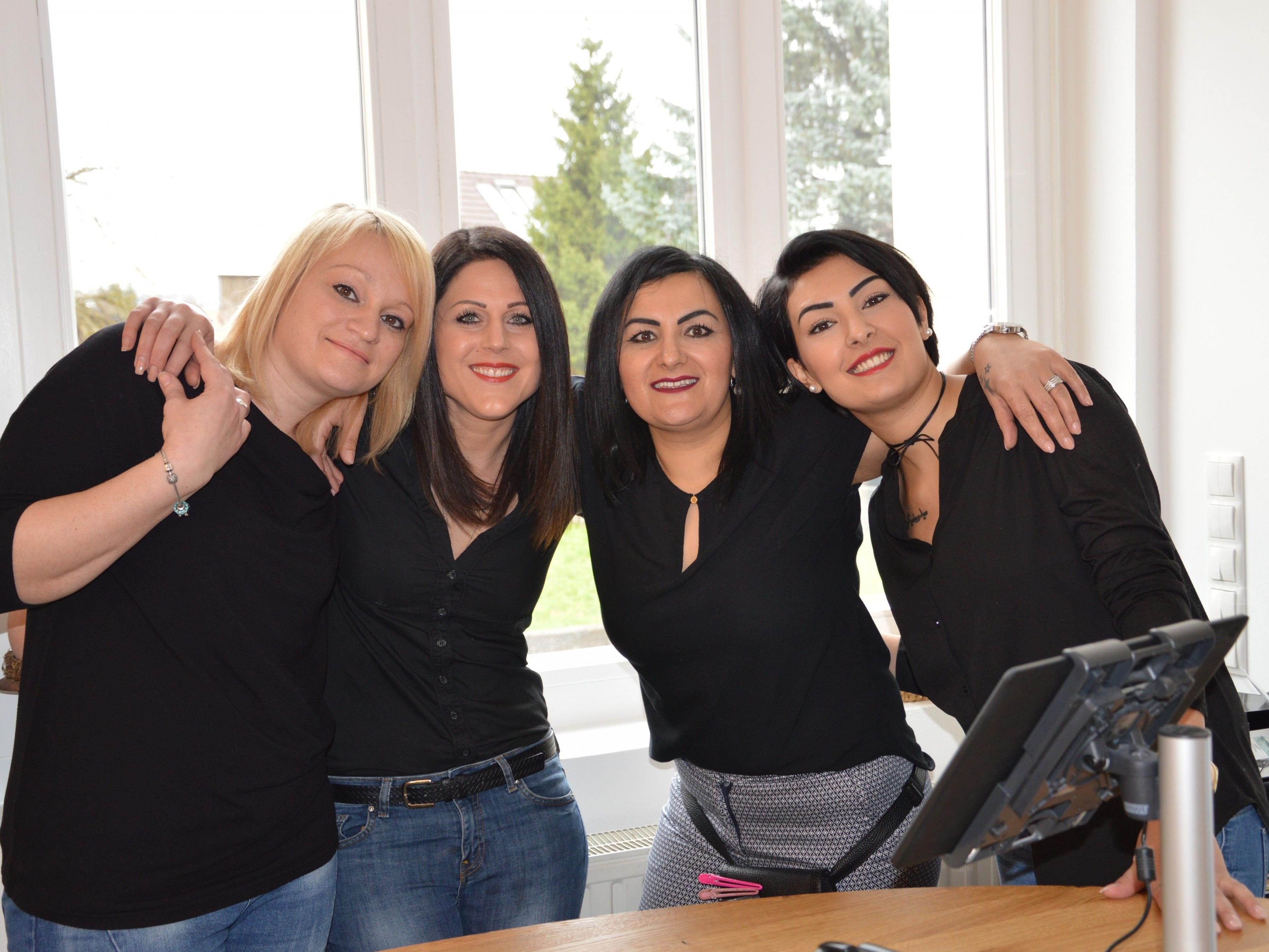 Nicole, Nina, Nurten und Ezgi freuen sich über den neuen Frisiersalon