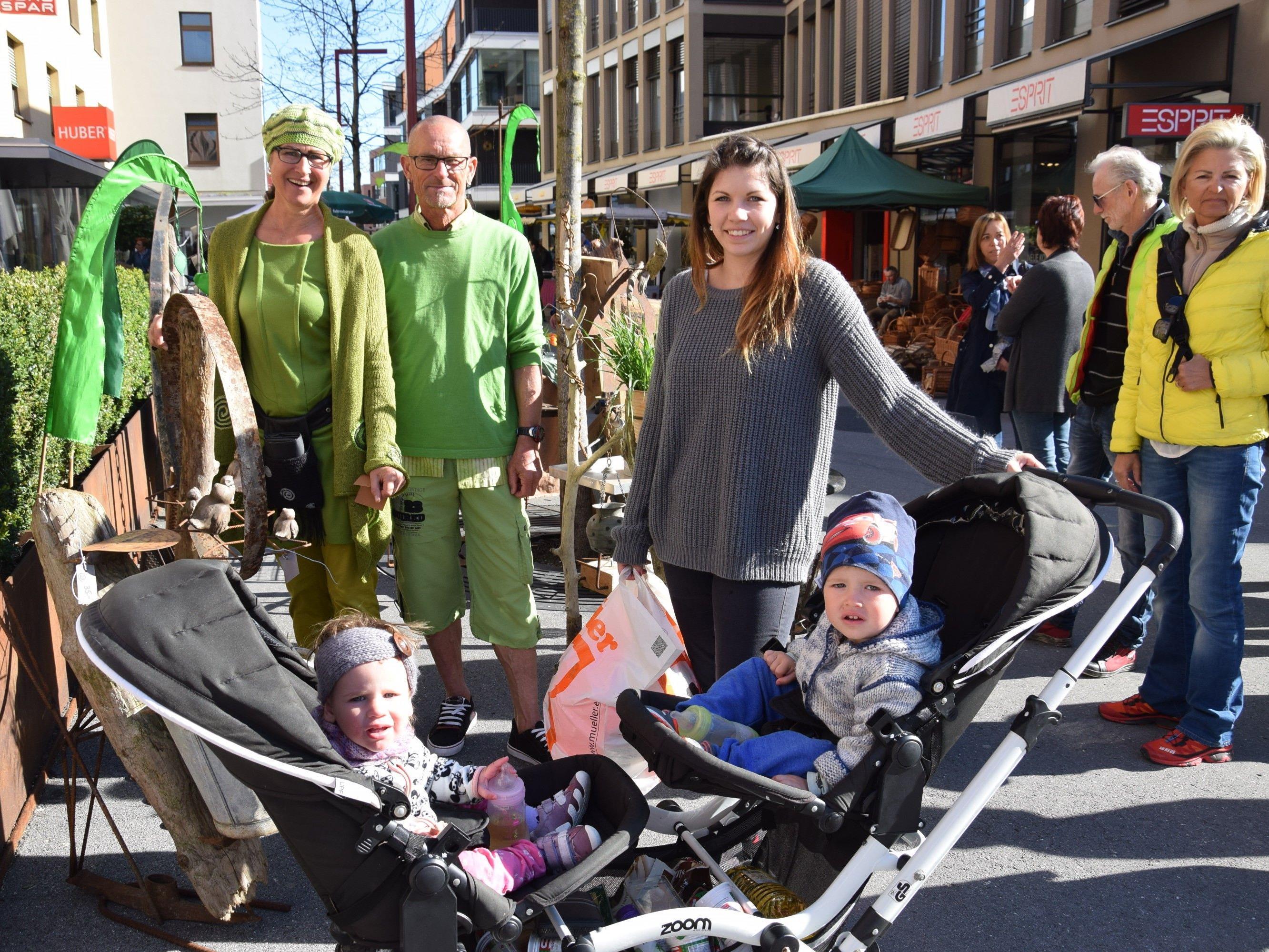 Mama Selina mit Pia (1) und Noah (2), Gitti und Helmut Kleisl