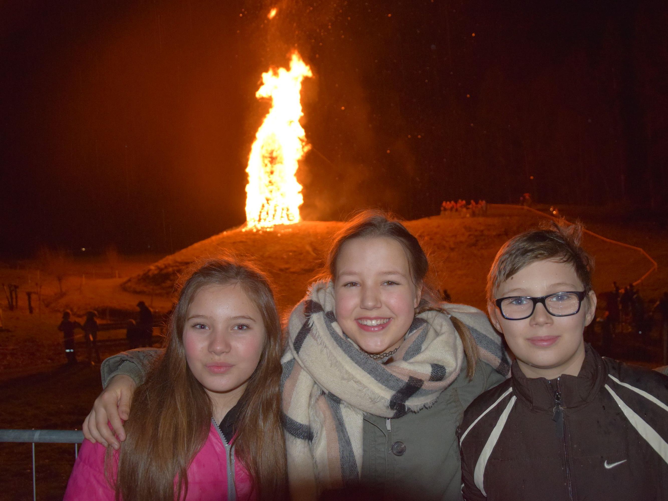 v.l. Emilia, Coleen und Matteo ließen sich das Funkenbrennen in Arbogast am Funkensonntag nicht entgehen