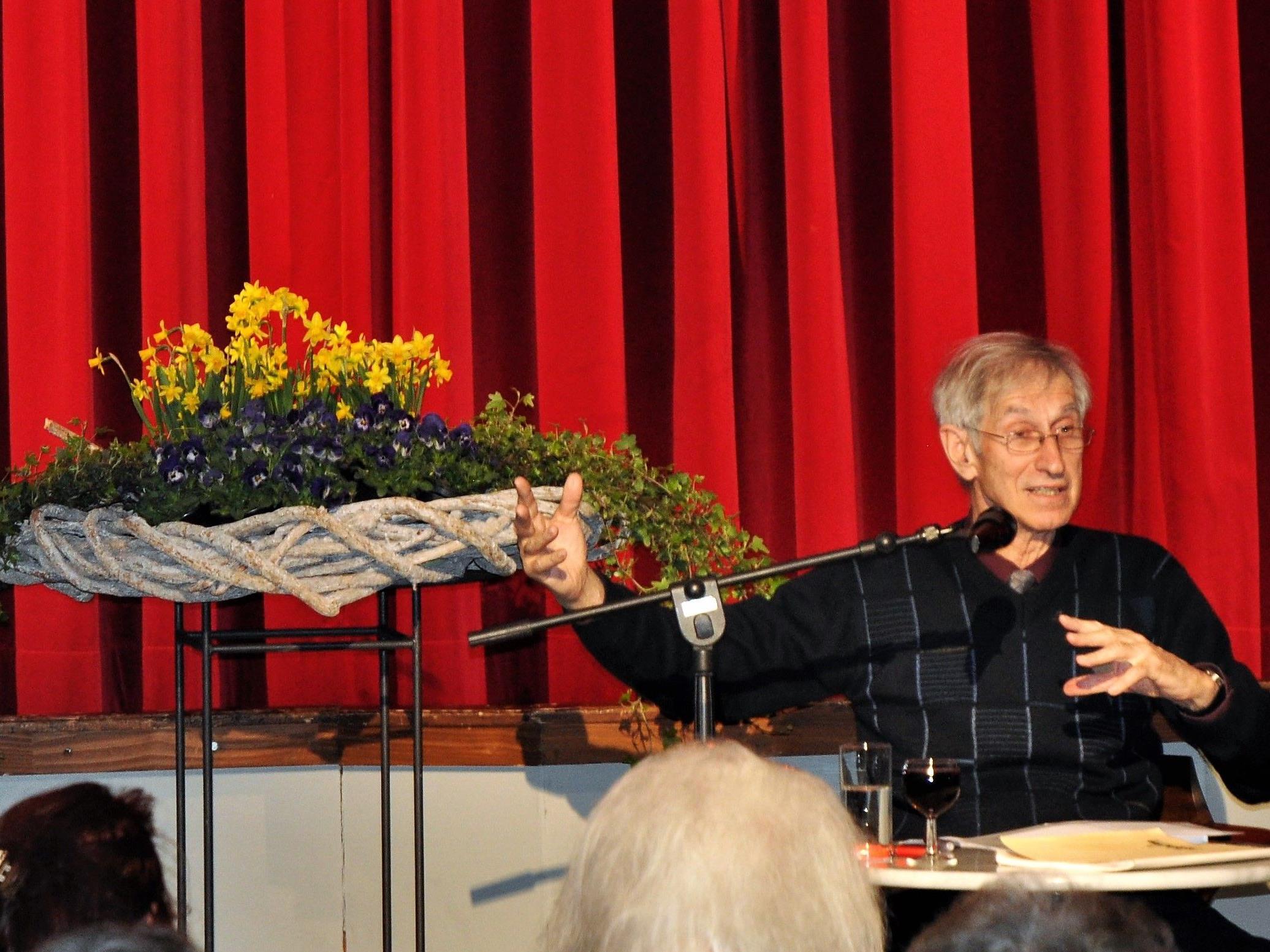 Im voll besetzten Vereins-haussaal las Elmar Simma aus seinem Buch.