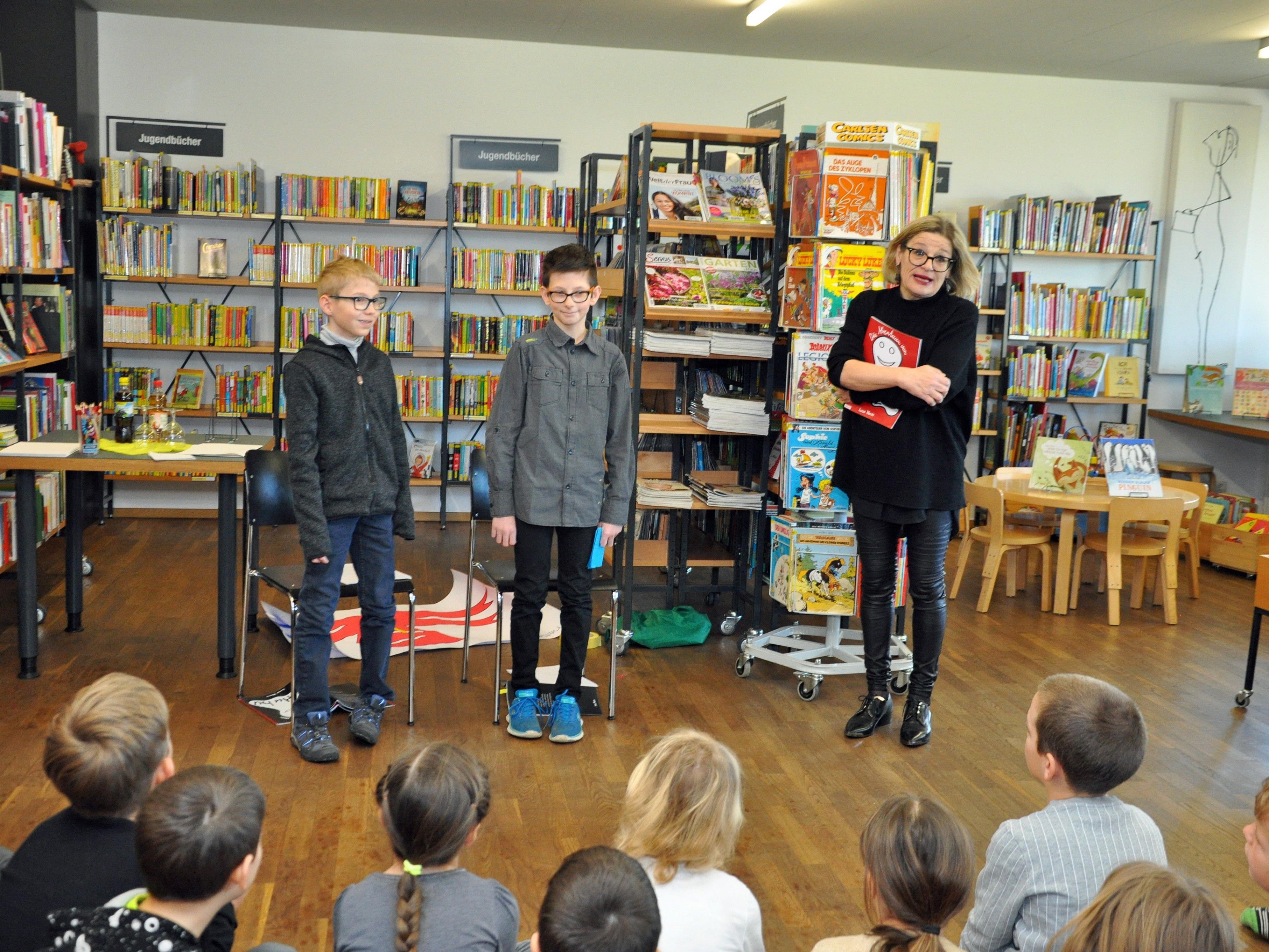 Luca Wenin (Mitte) stellte sein Buch in der Bücherei Rohrbach vor.