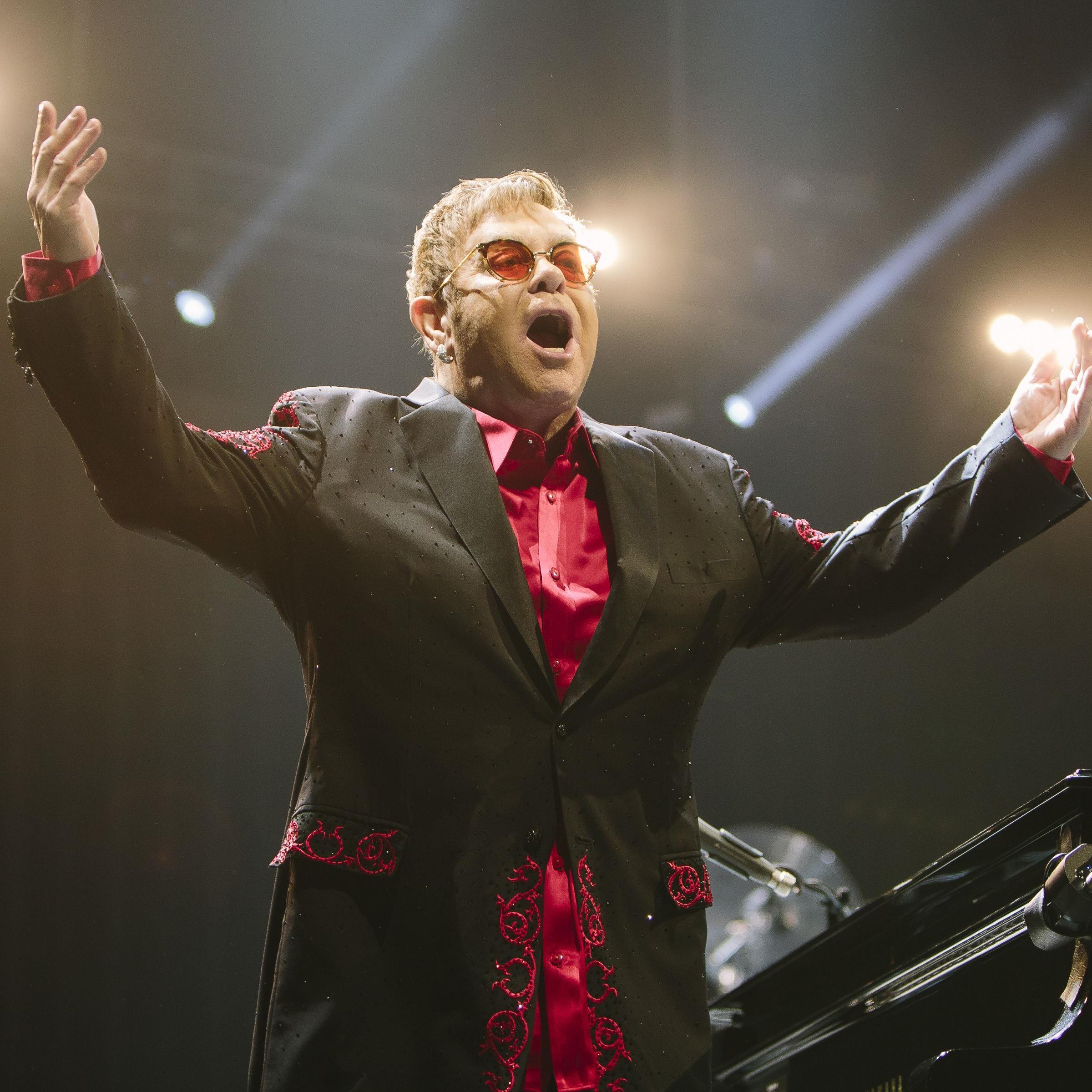 Britischer Sänger Elton John hat mehr als 250 Millionen Platten verkauft.