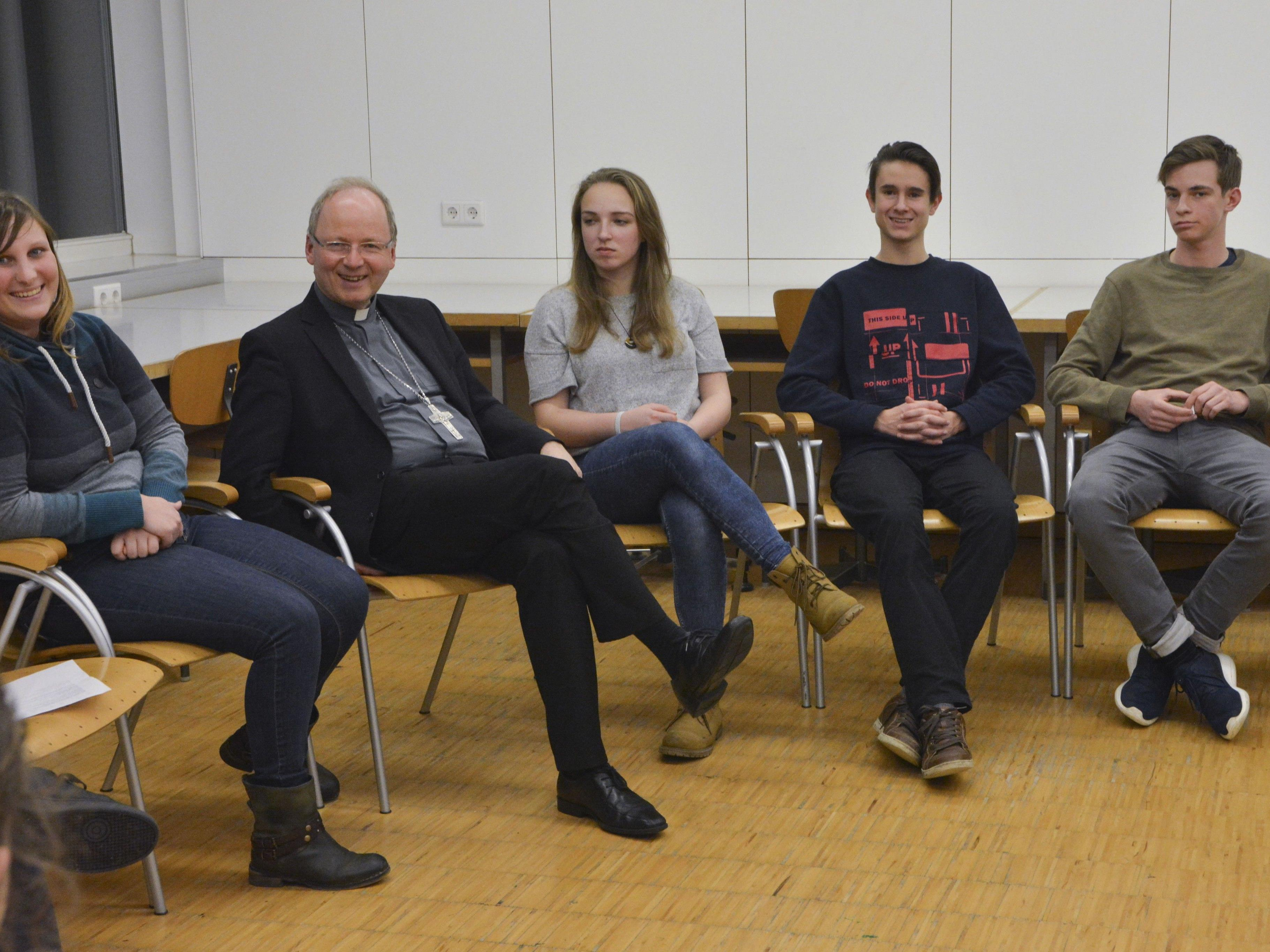 """Die Chance, ganz ungeniert und anonym diese Fragen beantwortet zu bekommen, gab es bei der Veranstaltung der Jungen Kirche Vorarlberg """"FAQ – Frag den Bischof""""."""