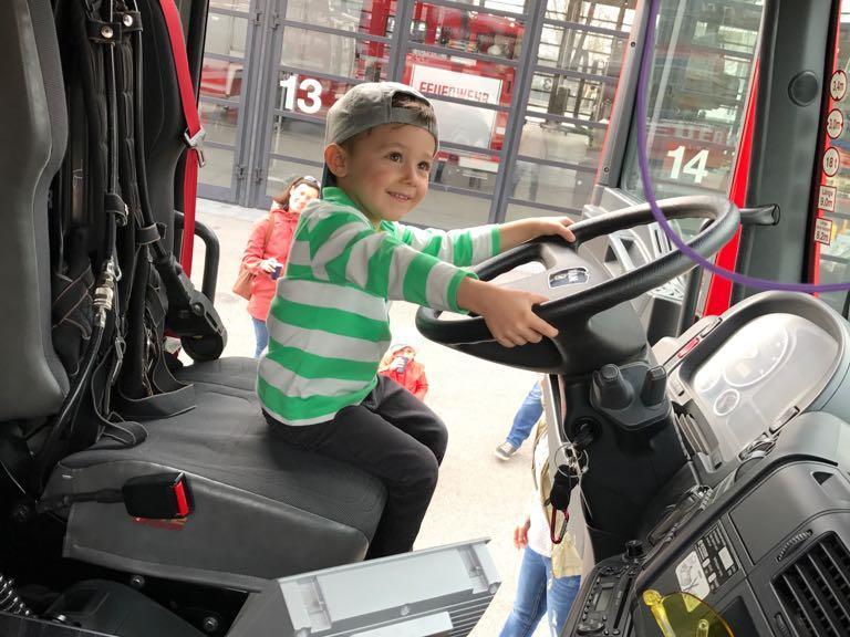 Auch Probesitzen im Feuerwehrauto gehörte zum Programm.